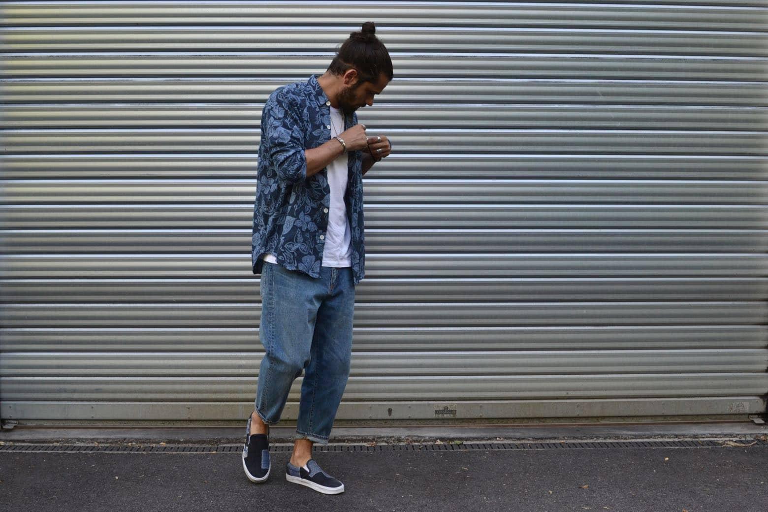 ideé de tenue homme aevc un jean bleach coupe tapered et look pour l'été