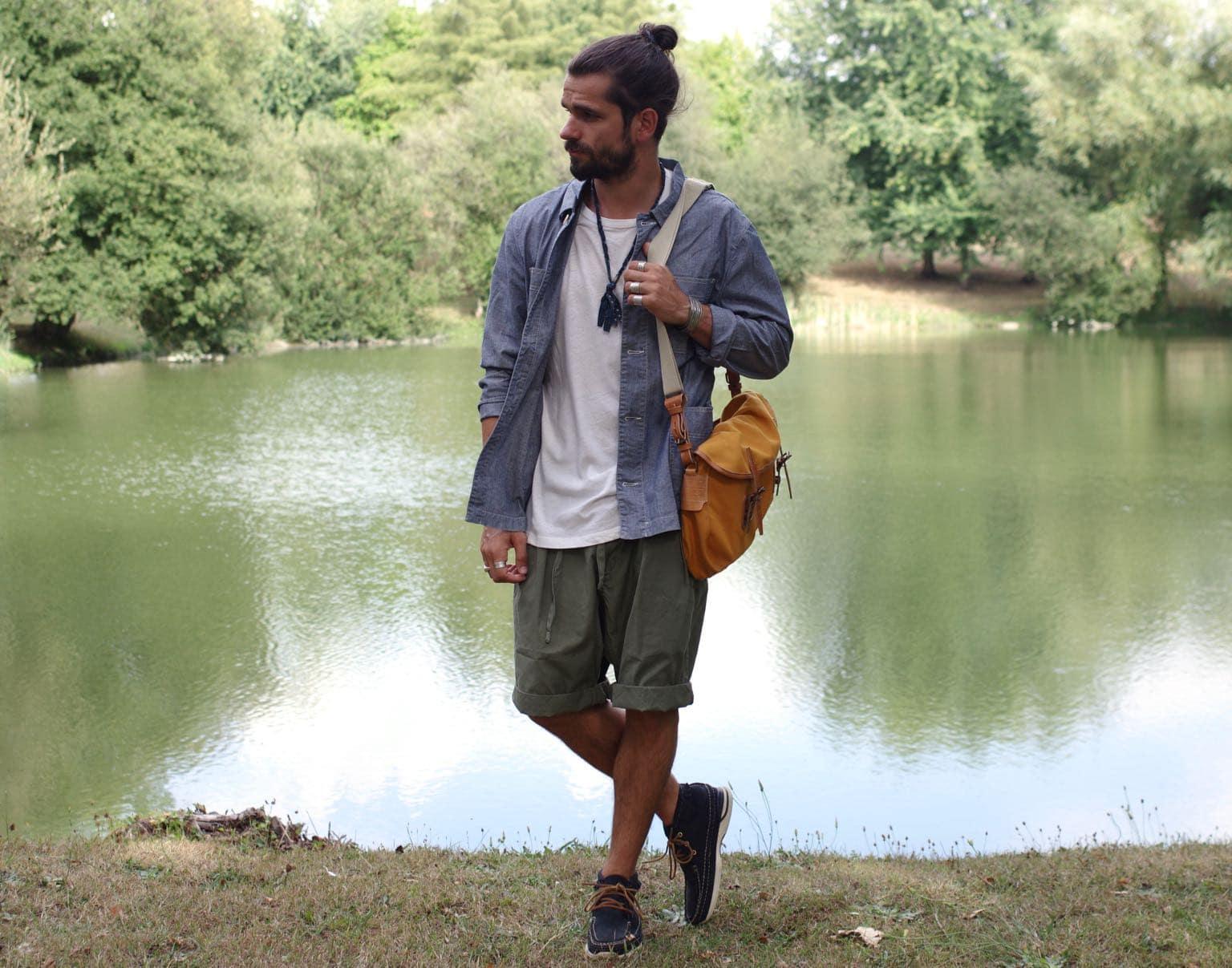 tenue workwear homme pour l'été avec veste de travail en chambray et sac heritage musette pecheur bleu de chauffe