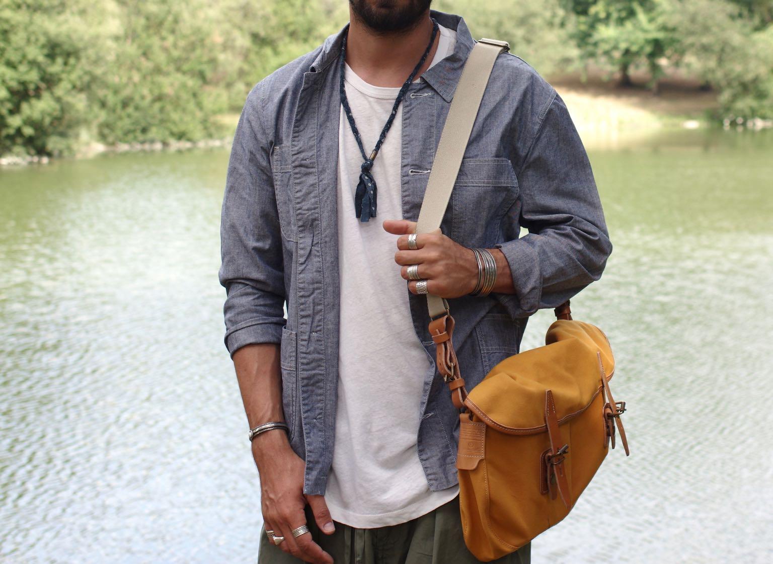 veste de travail en chambray Cos + collier borali pur un style homme workwear d'été - porter tee shirt blanc