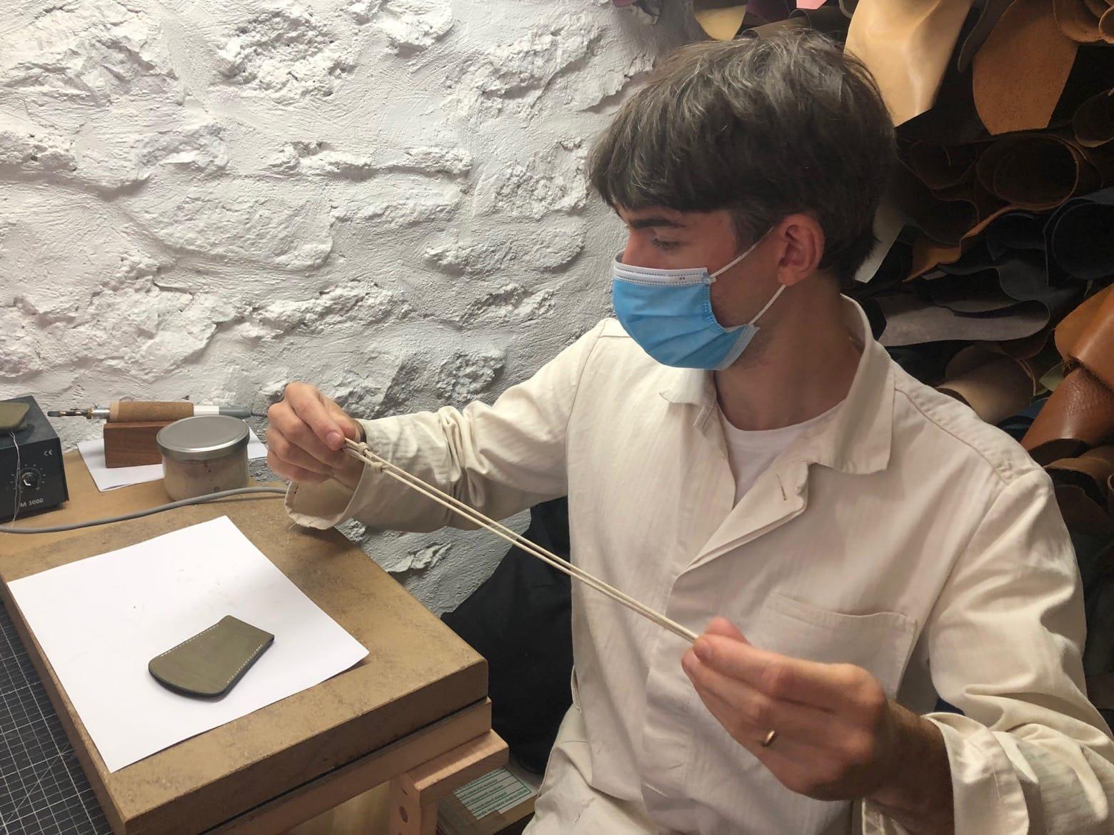 robin de Laperruque entrain de préparer un cordon d'une cloche - veste de travial ecru à chevron