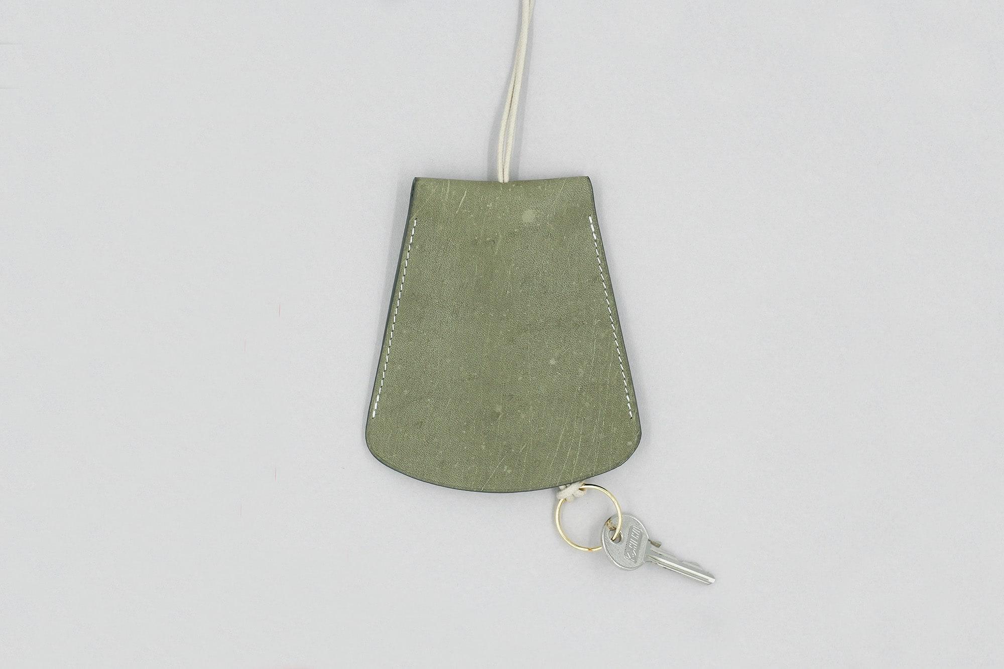 Porte-Clés Cloche Oversize en Cuir de Tablier Vintage Olive brut x laperruque