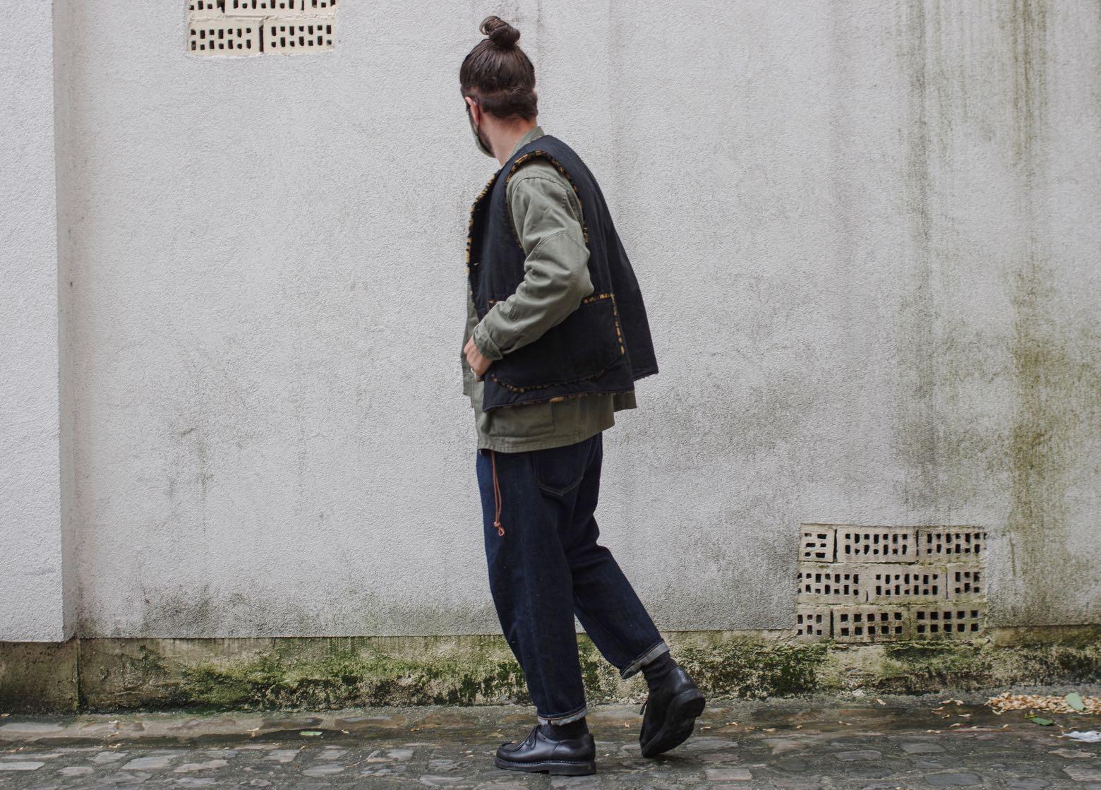 idée style homme avec un jean coupe tapered et une veste militaire