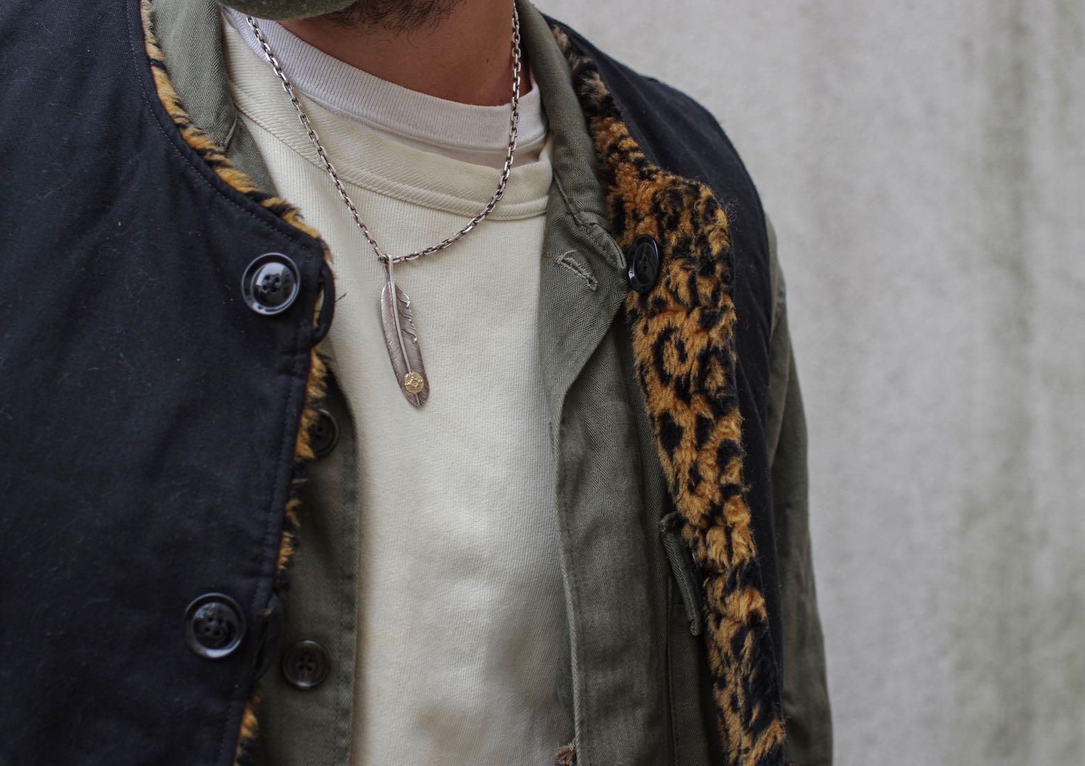 chaine argent japonais first arrows avec plume et or - gilet sans manche motif leopard