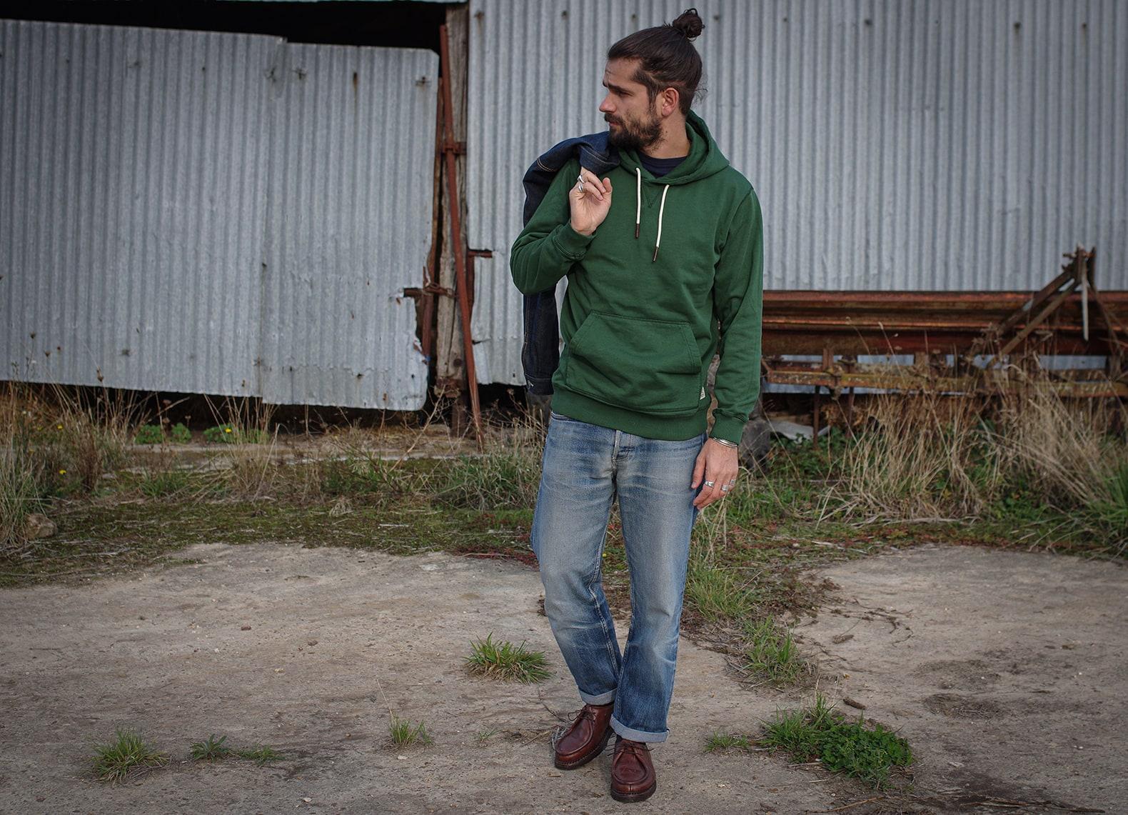idée de look pur homme dans un style workwear classique avec un sweat à capuche