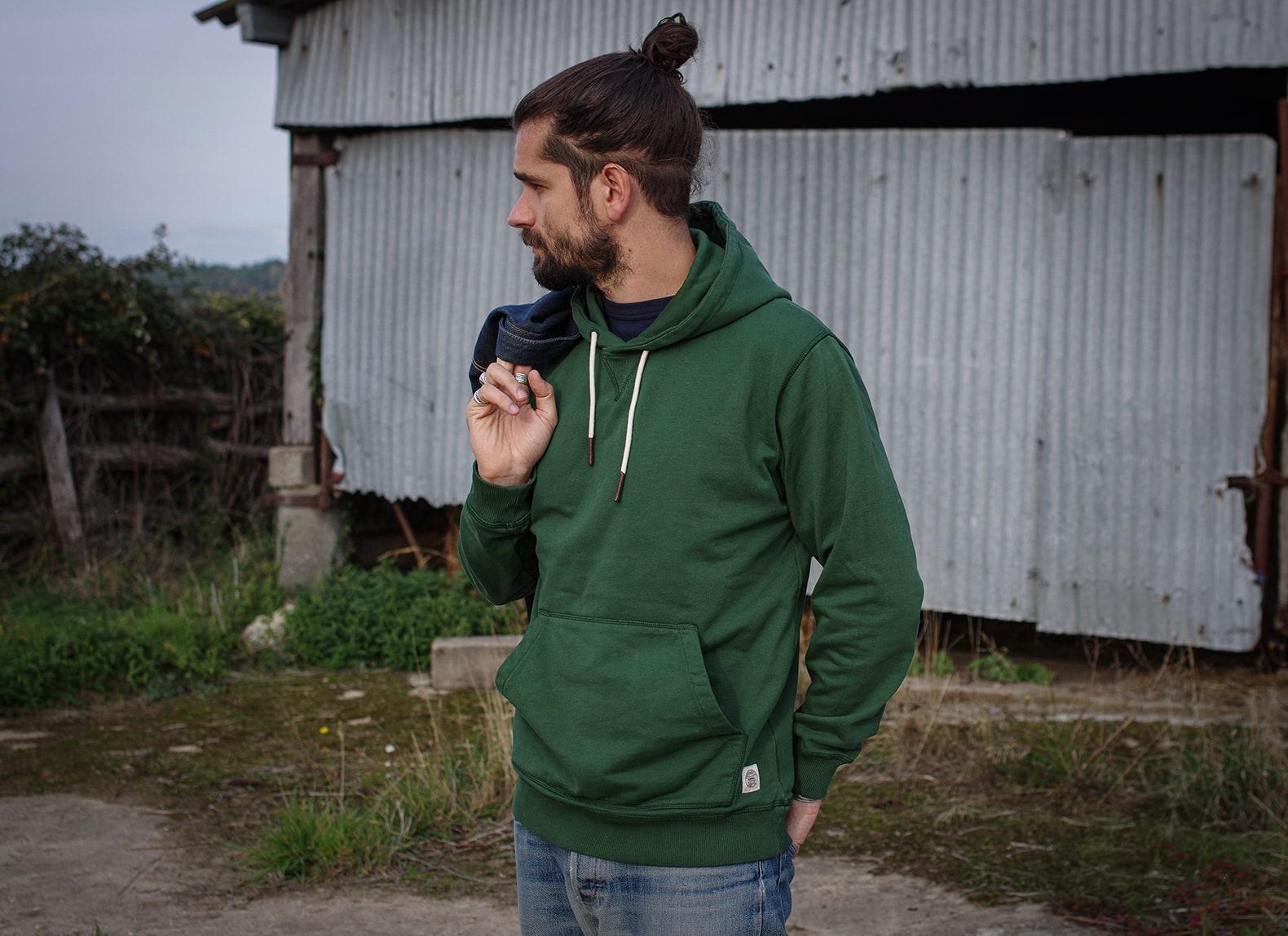 idée look avec un hoodie vintage vert stylé homme workwear