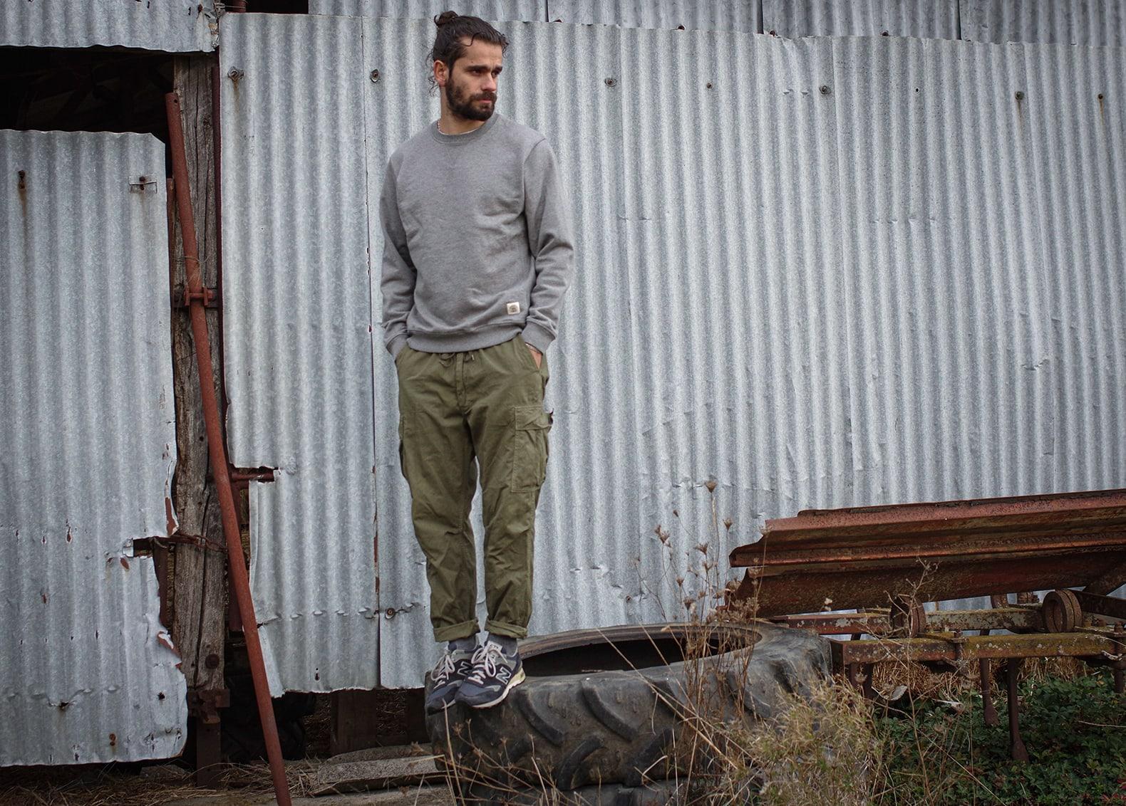 comment porter un sweat gris avec un pantalon cargo militaire - idée look workwear homme