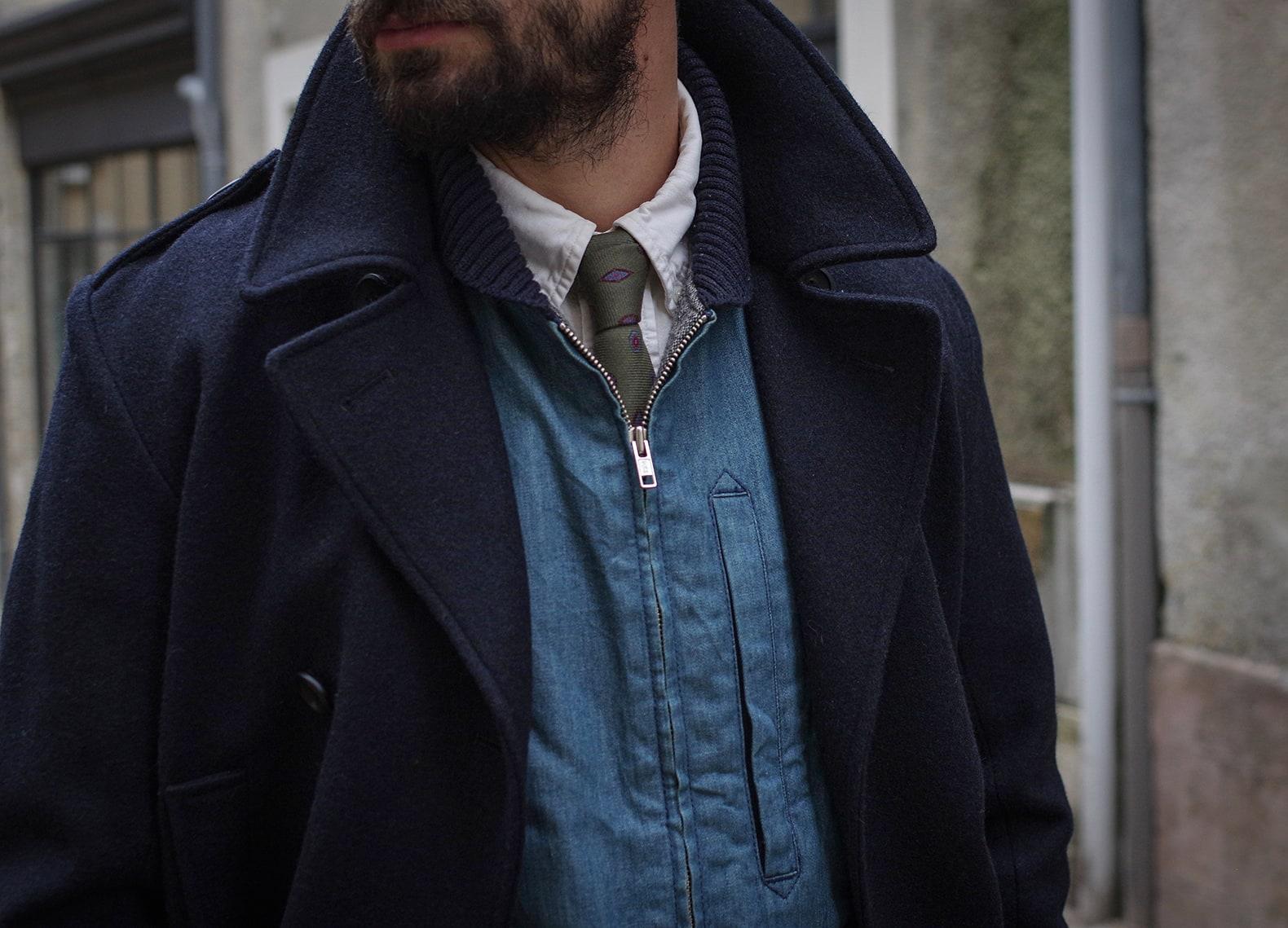 look street sartorial avec gilet et cravatte sur un caban