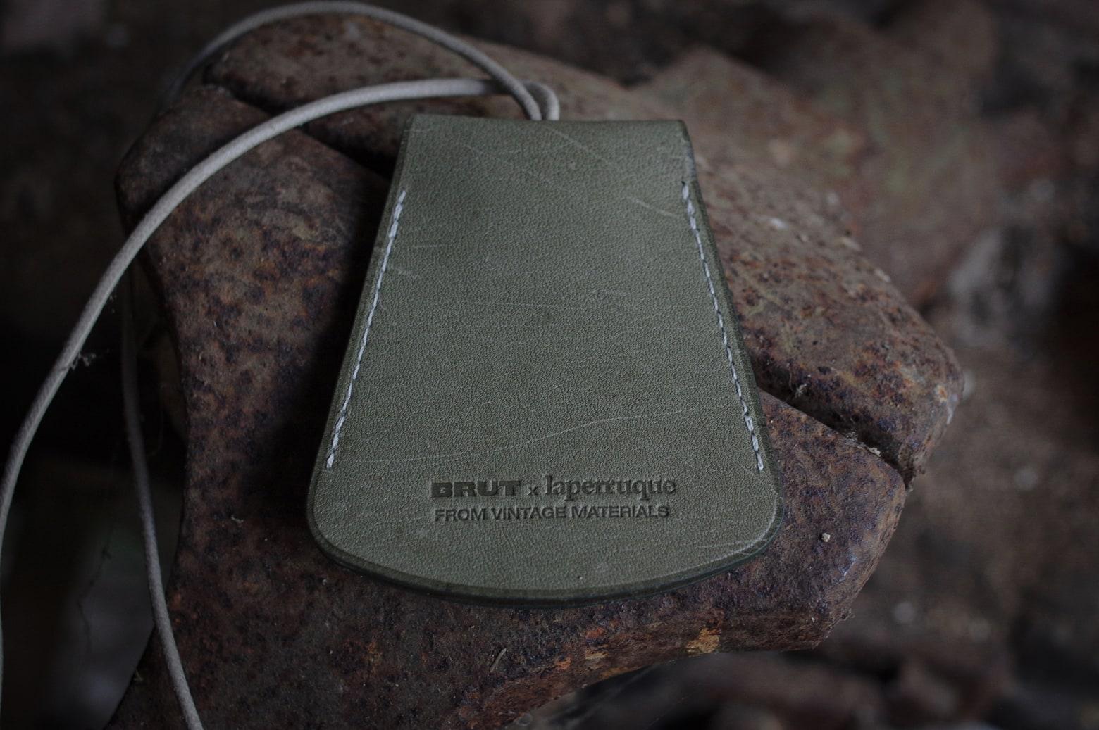 collaboration Laperruque x Brut clothin et une cloche porte-clés en cuir vintage de tablier