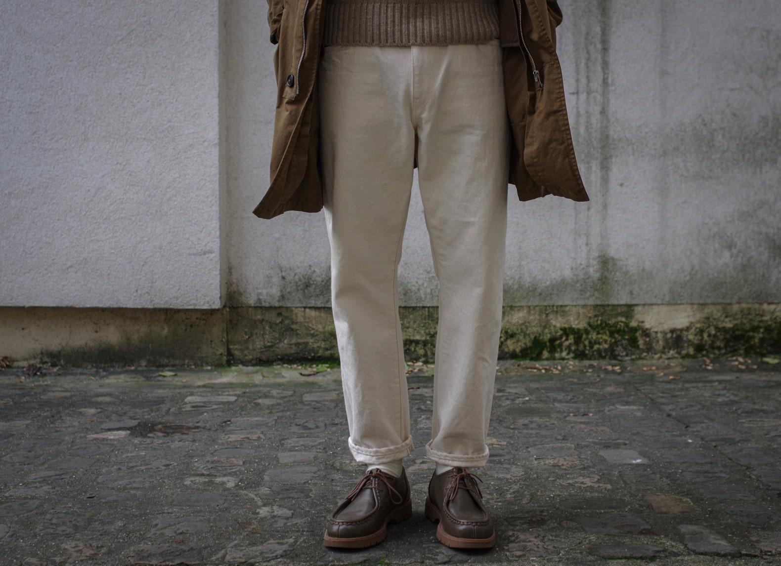 jean blanc / écru coupe tapered portée size-up dans une tenue d'automne