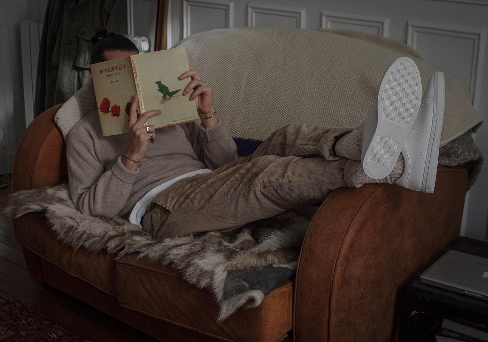 conseil style homme tenue avec pantalon en velours et sneakers blanches