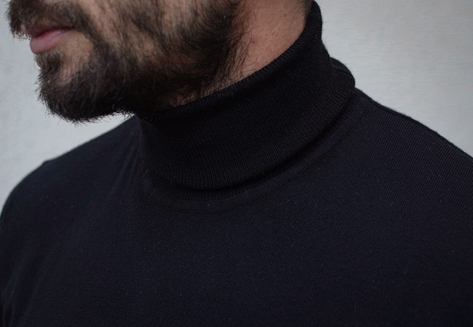 porter un pull fin en laine col roulé noir de la marque samsoe samsoe
