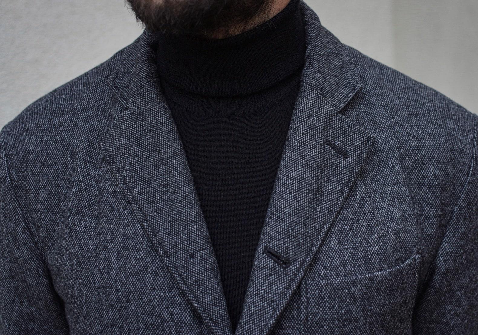 porter un col roulé noir pull avec une veste en tweed