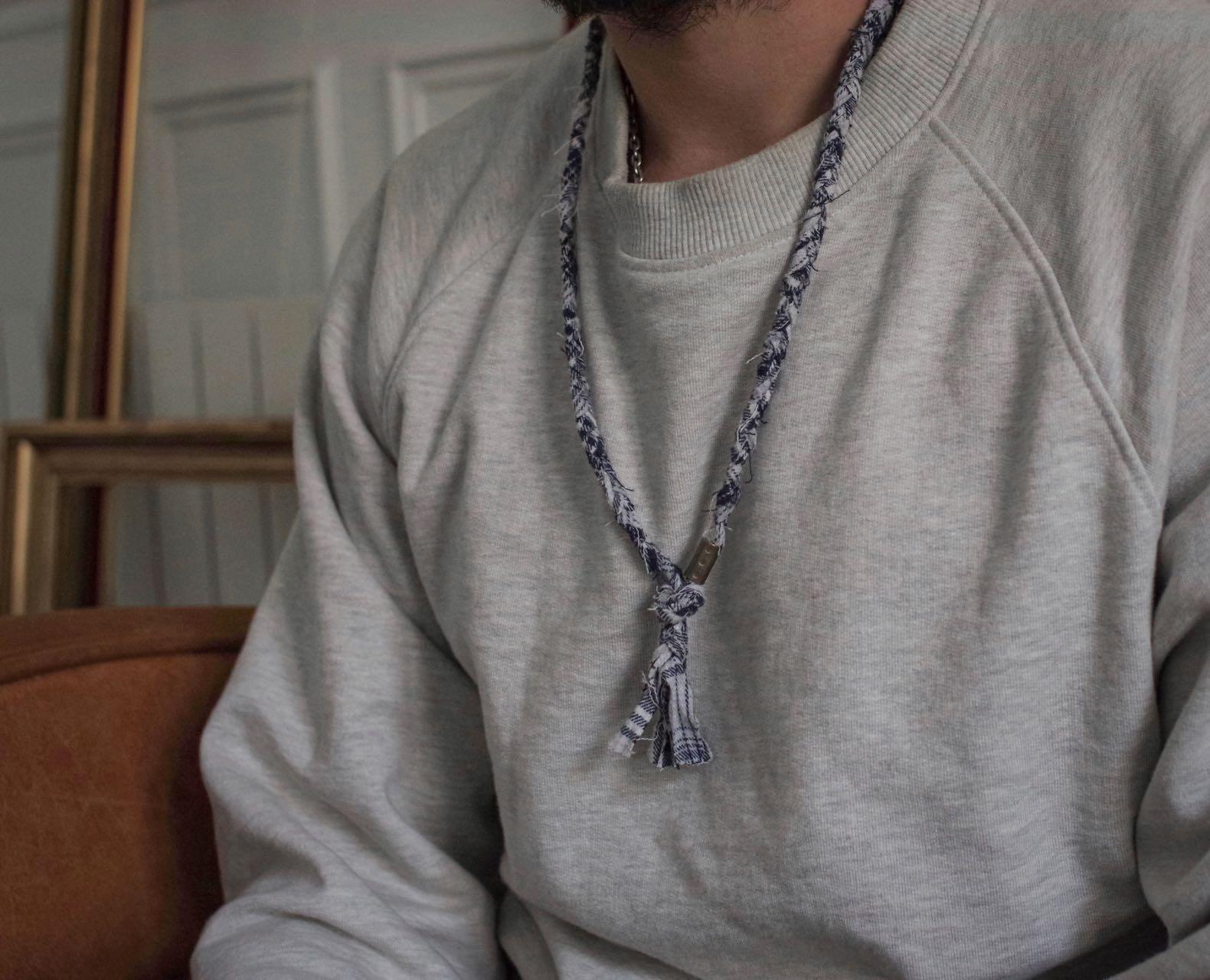 sweat-shirt gris type sportswear vintage et inspiration militaie ) collier borali