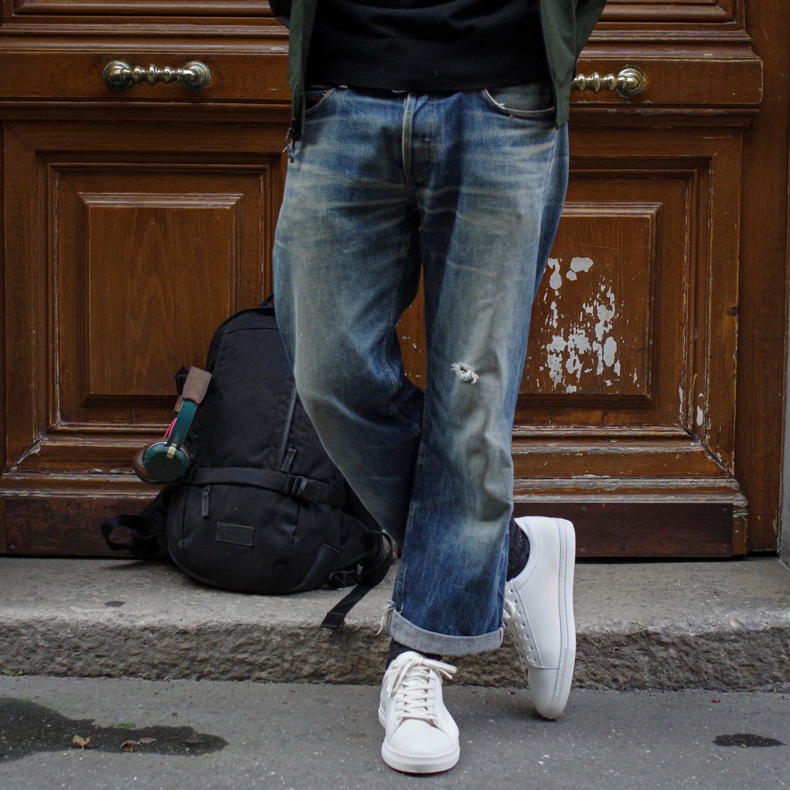 sneakers blanches minimalistes homme l'exception et jean apc délavé