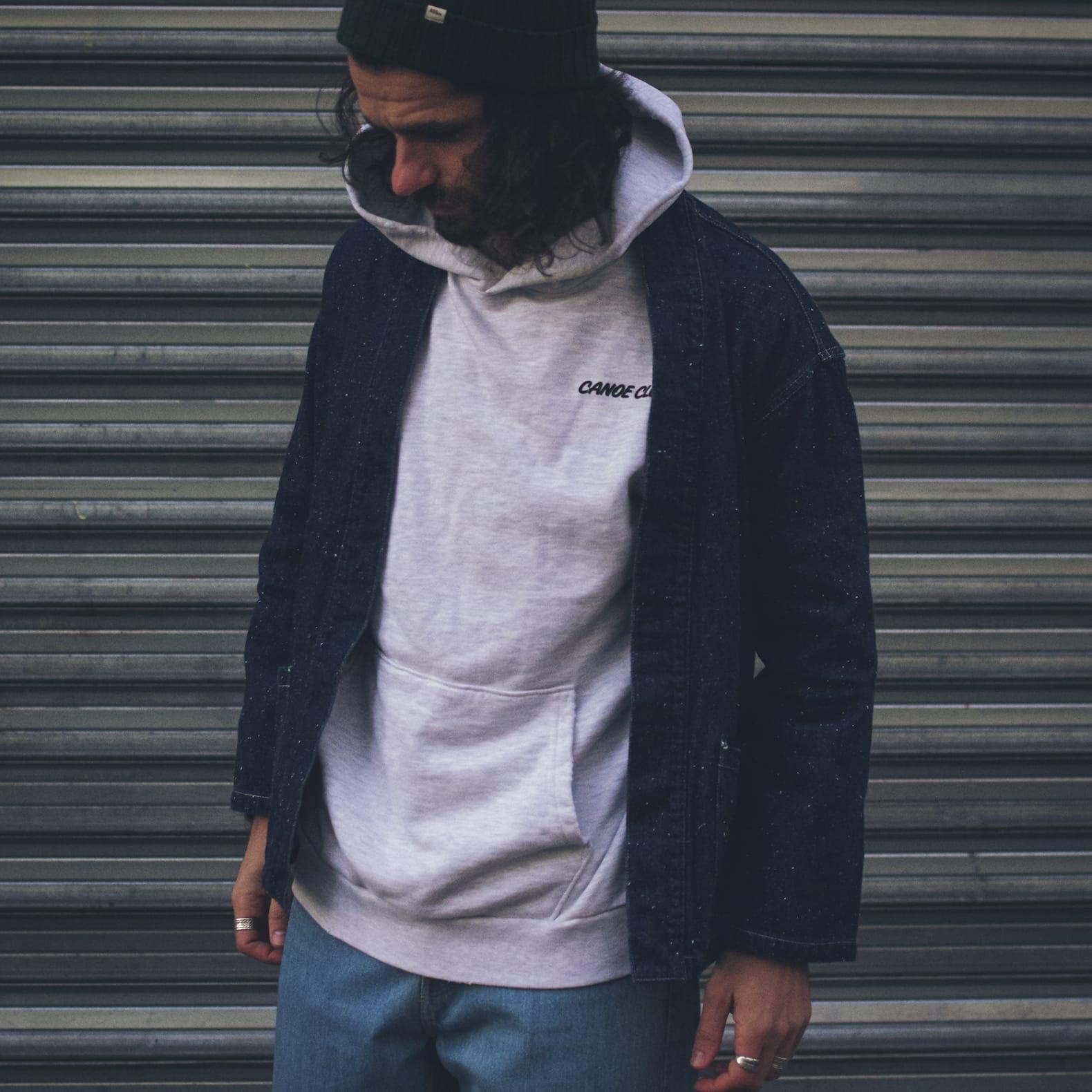 inspiration noragi borali sweat à capuche gris look homme