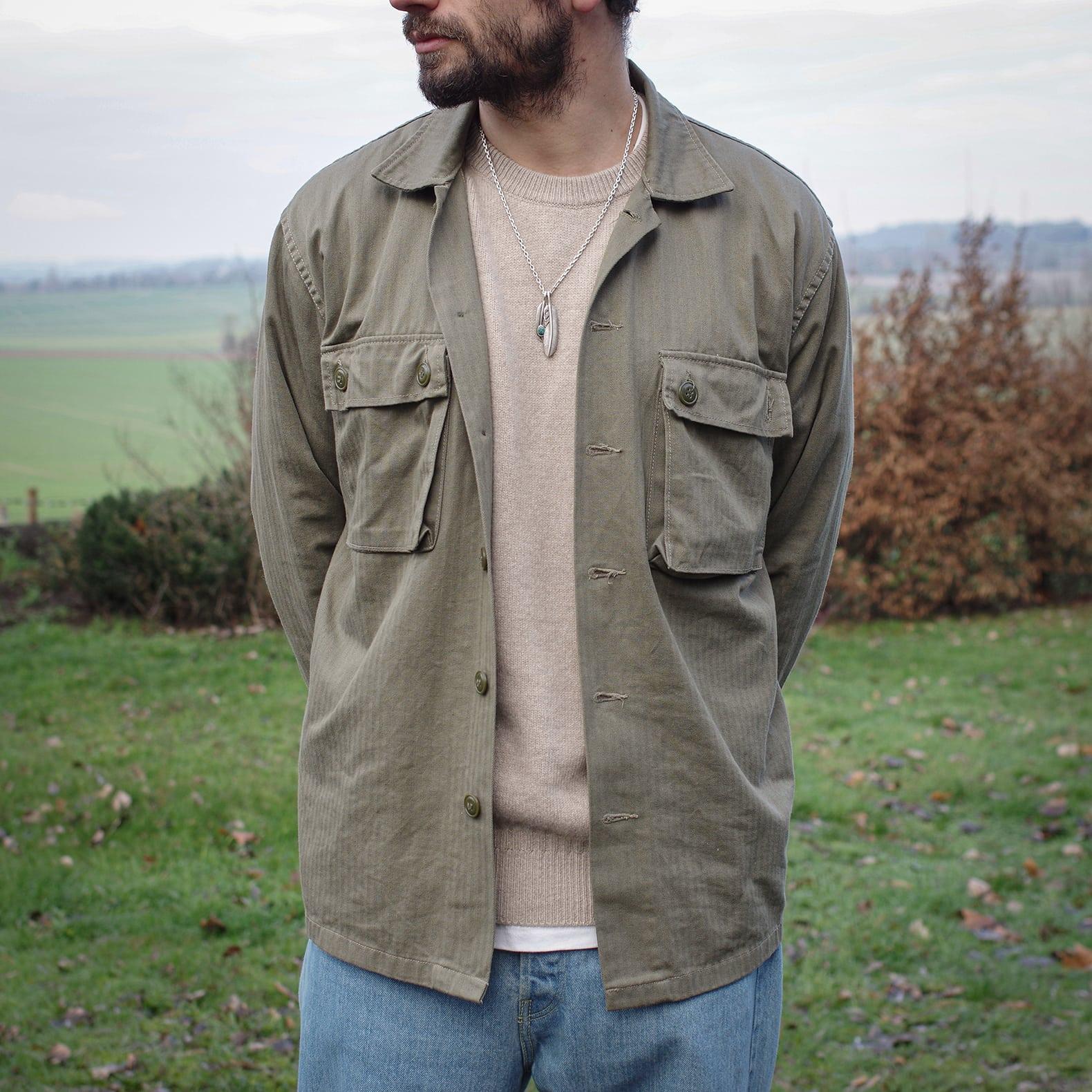 pull col rond homme en cachemire tricot porté avec une surchemise armée militare