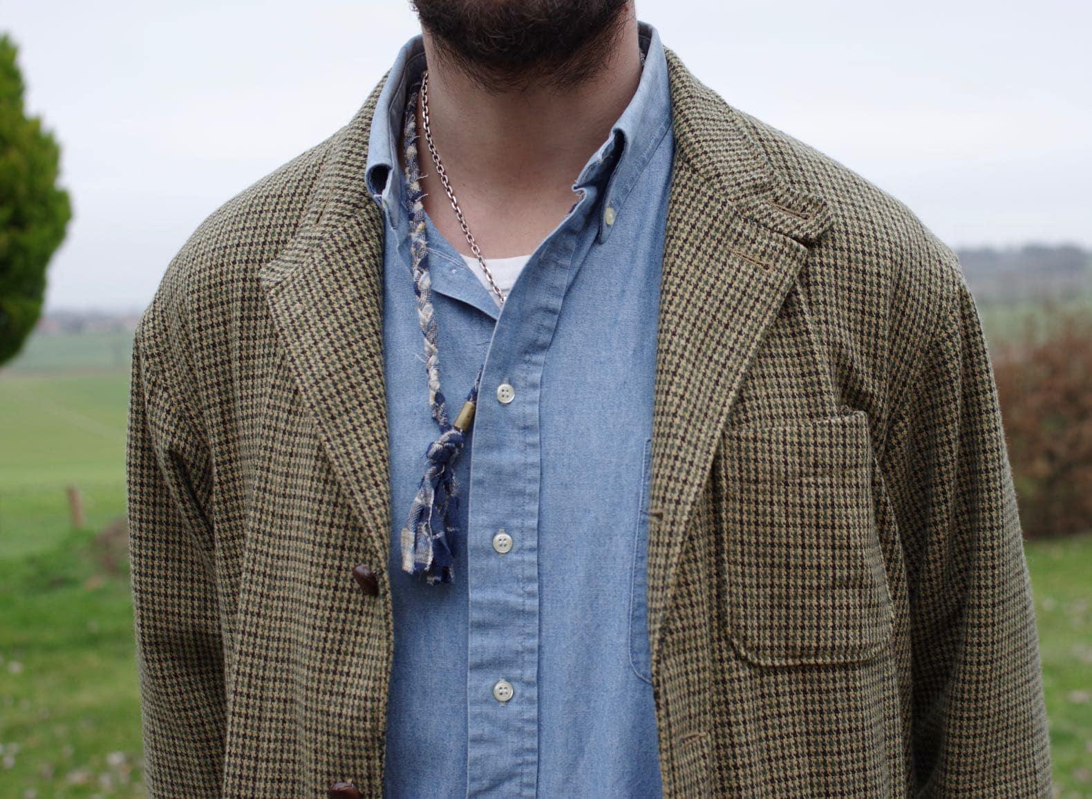 comment assortir une veste motif pied de poule et une chemise en chambray style homme