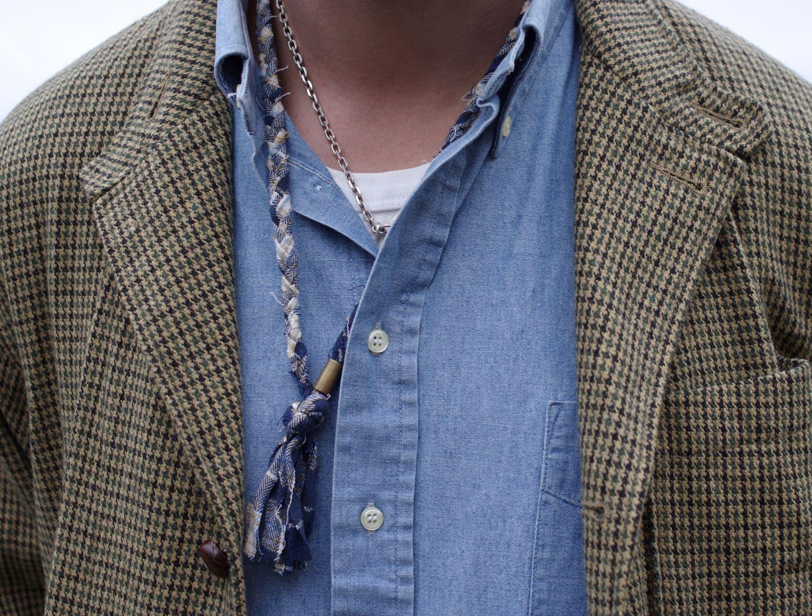 comment assortir une veste motif pied de poule et une chemise en chambray style homme - collier borali