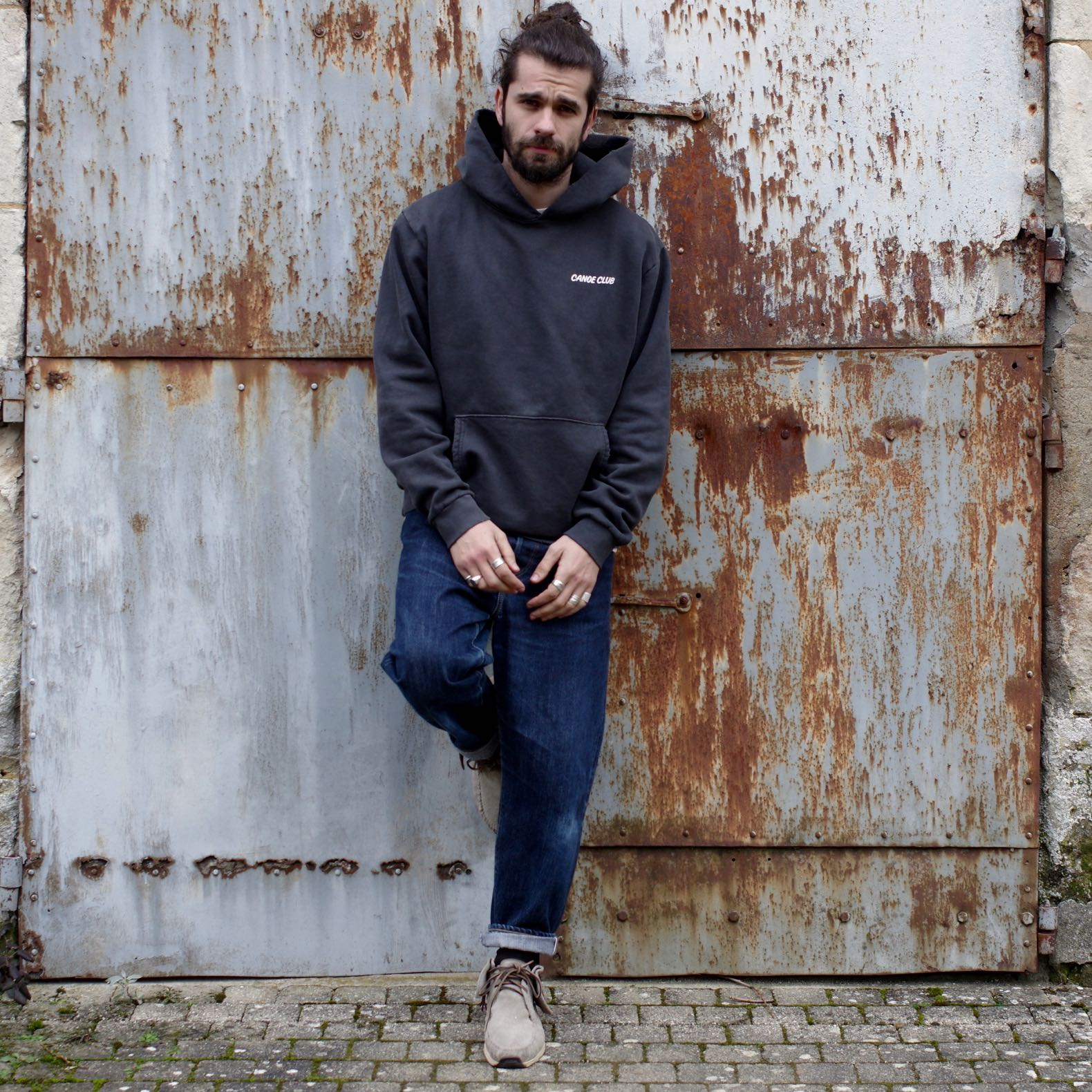 tenue homme avec sweat à capuche et jean coupe droite