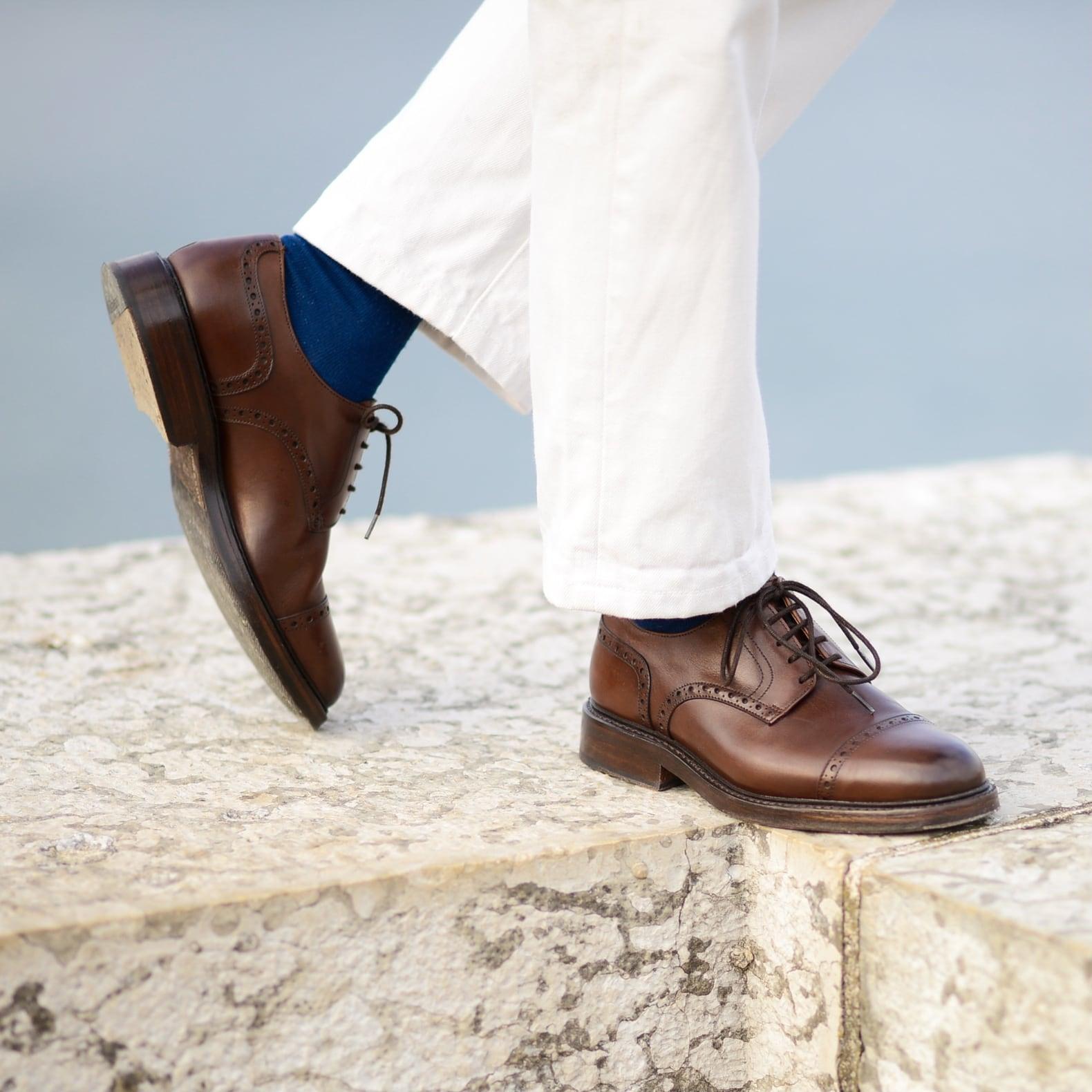 porter des chaussures souliers marrons avec un pantalon blanc