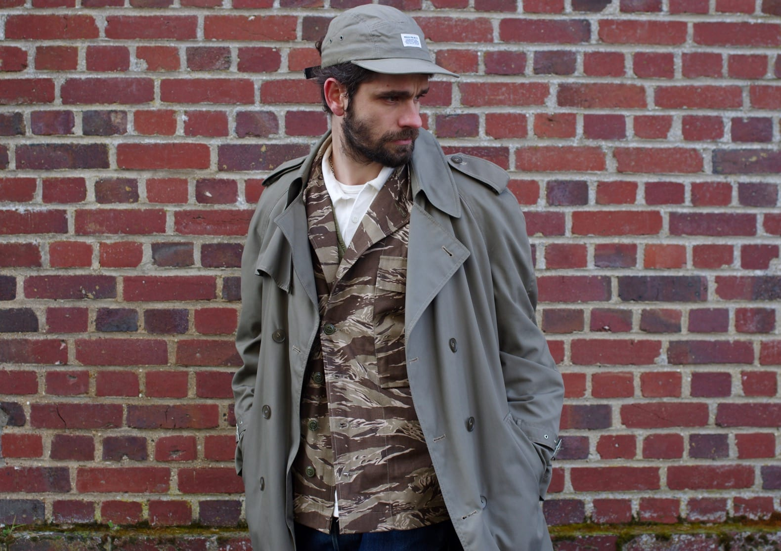 porter un trench long homme dnas un style militaire street heritage