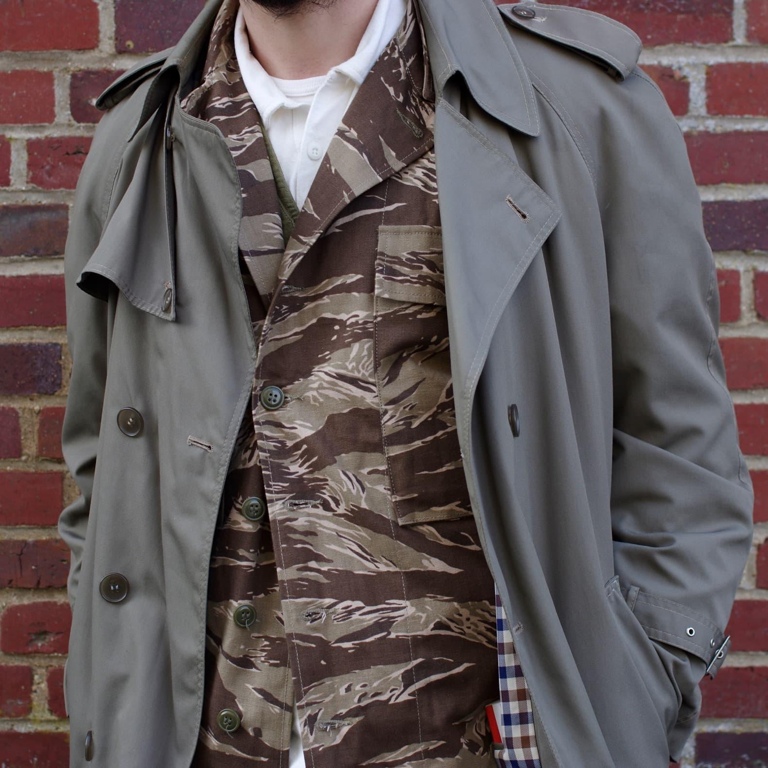 idée de layering réussi avec un trench et une veste militaire