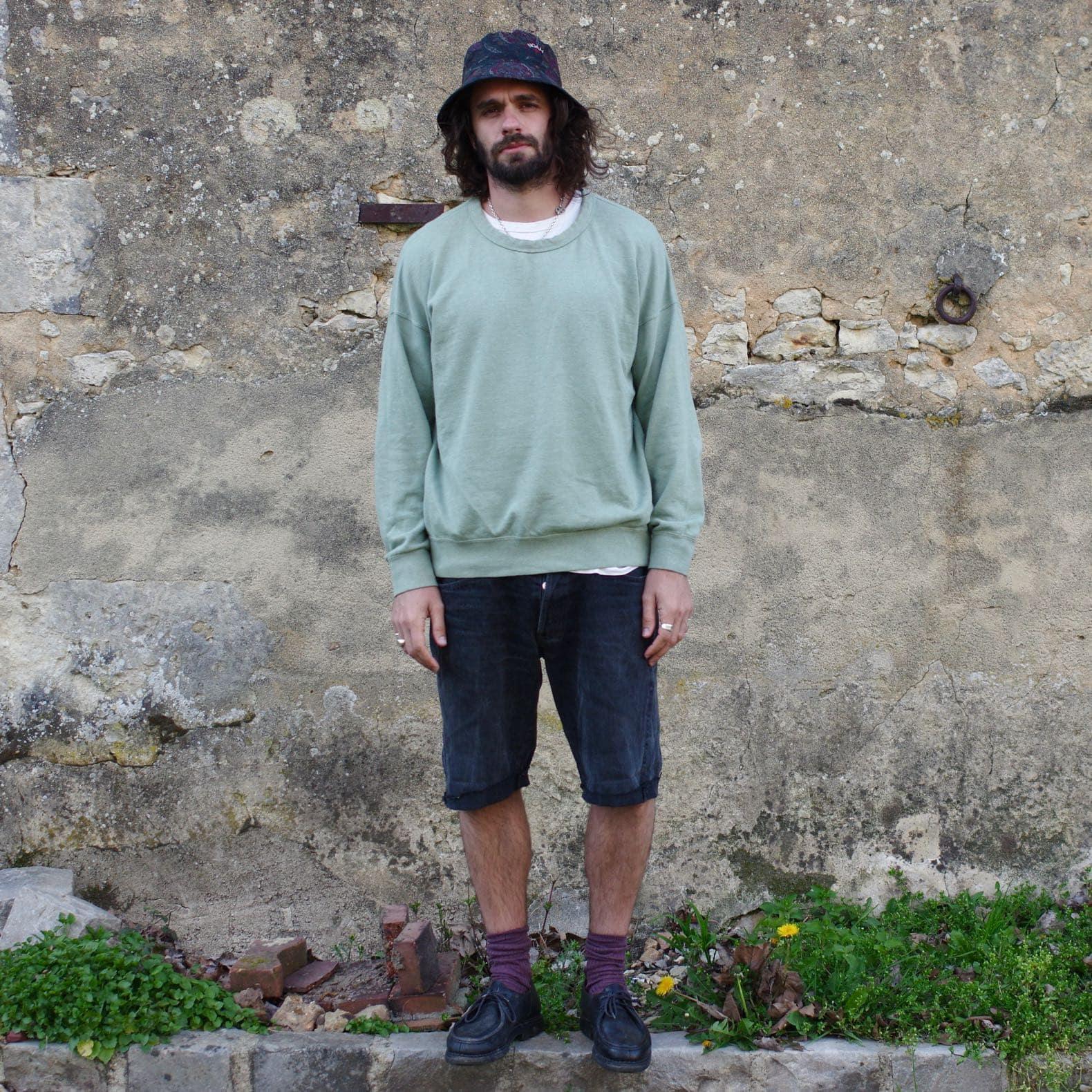 tenue pour homme de printemps aevc bob barbour noah un sweat vert un short et une paire de paraboot michael noire