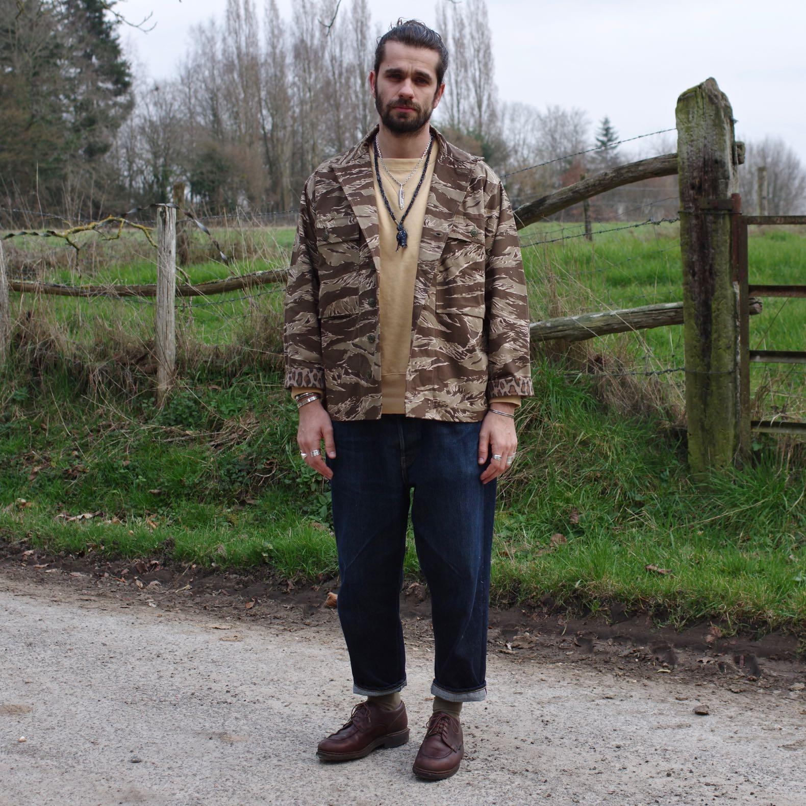 une tenue simple d'homme pour porter des motifs camo ou camouflage de chemise militaire dans la vie de tous les jours.