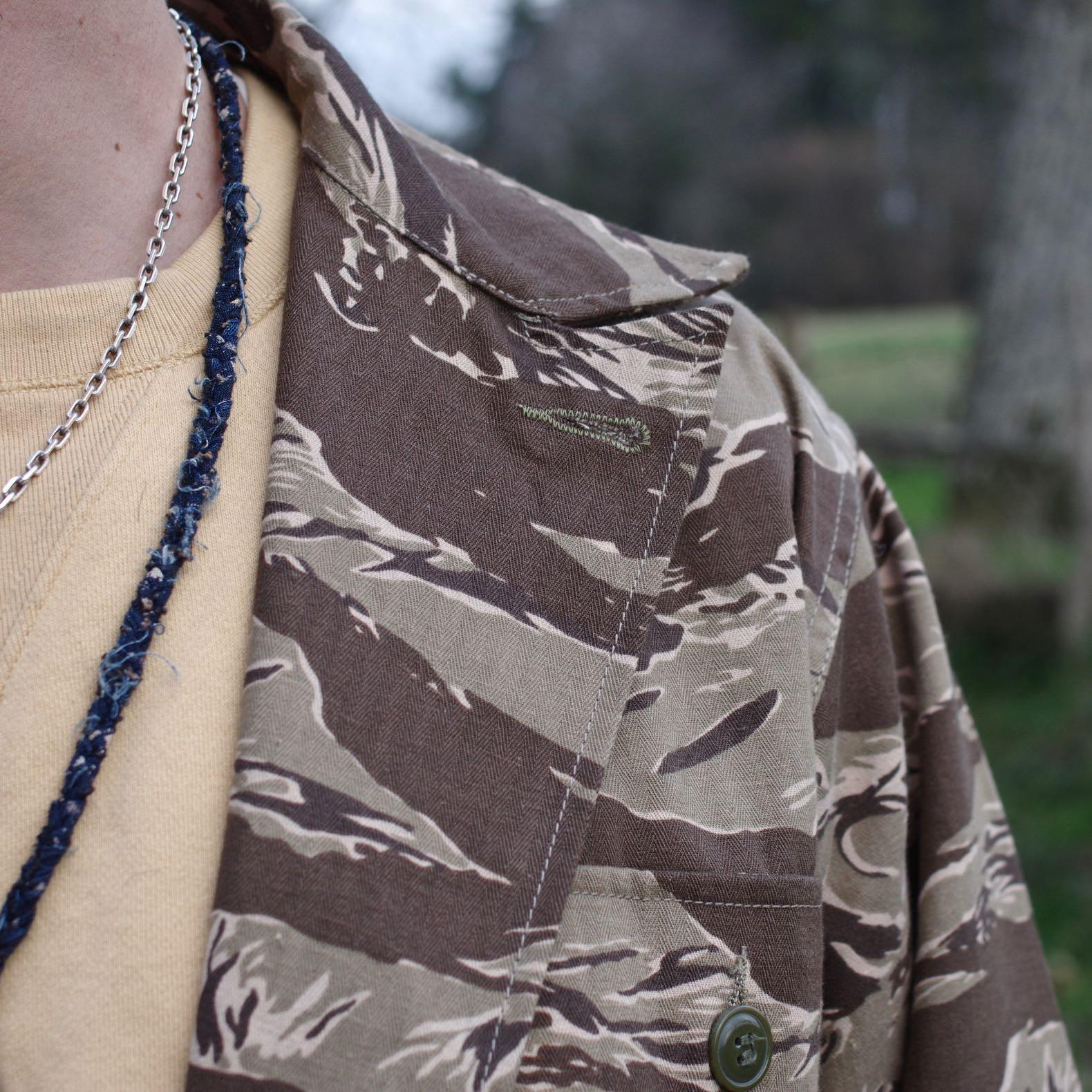 détail de matière militaire vintage style hbt aevc un imprimé tiger stripe camo beige inspiré des uniformes du Vietnam