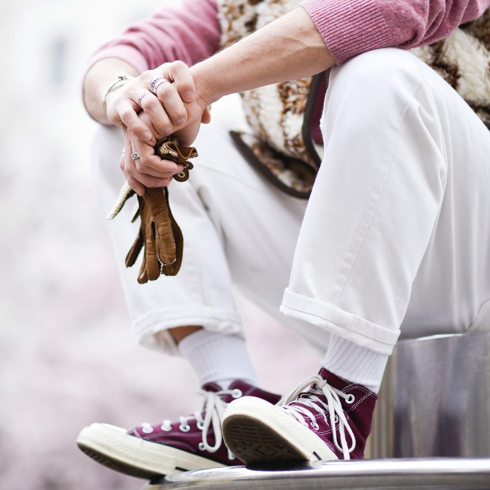 homme qui porte un jean blanc en converse bordeaux et chaussettes blanches