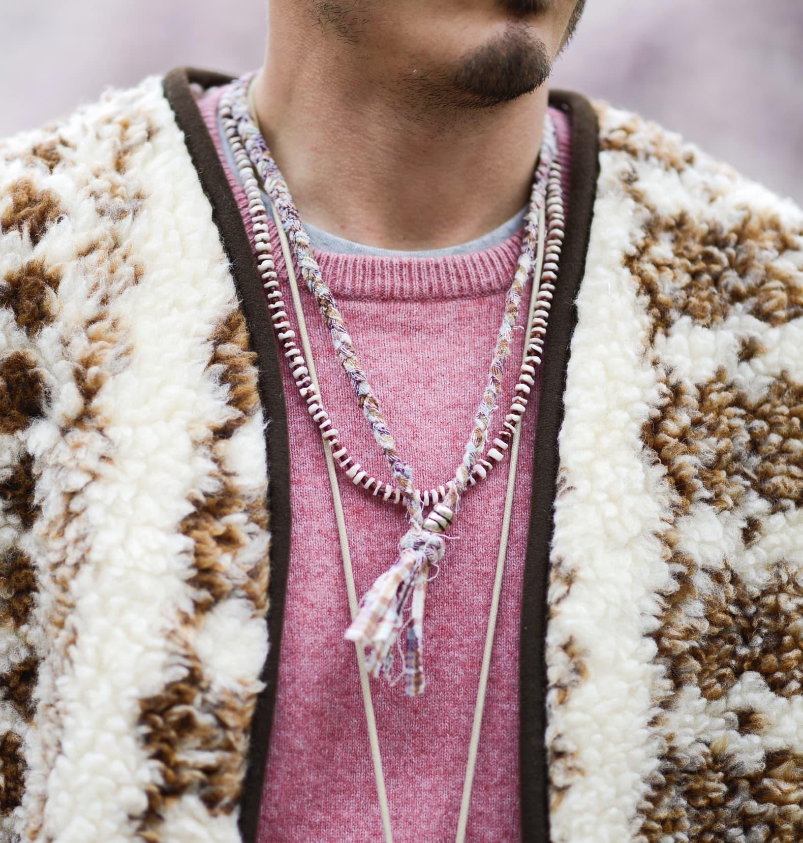 homme en pull rose et collier en tissu Borali et filet en mouton à motif