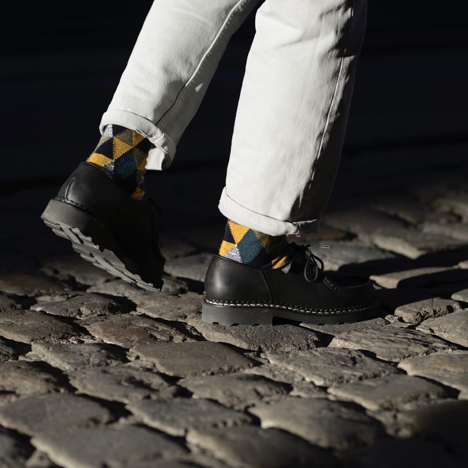 chaussures noires et jean blanc