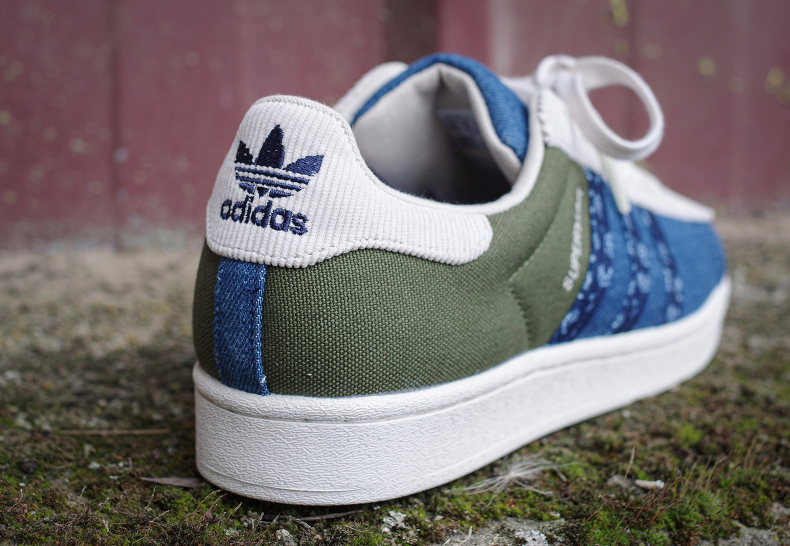 Adidas Originals superstar patch sorties en exclusivité chez le magasin Courir qui mélange canevas militaire, denim indigo, velours blanc cassé et tissu à motif paisley