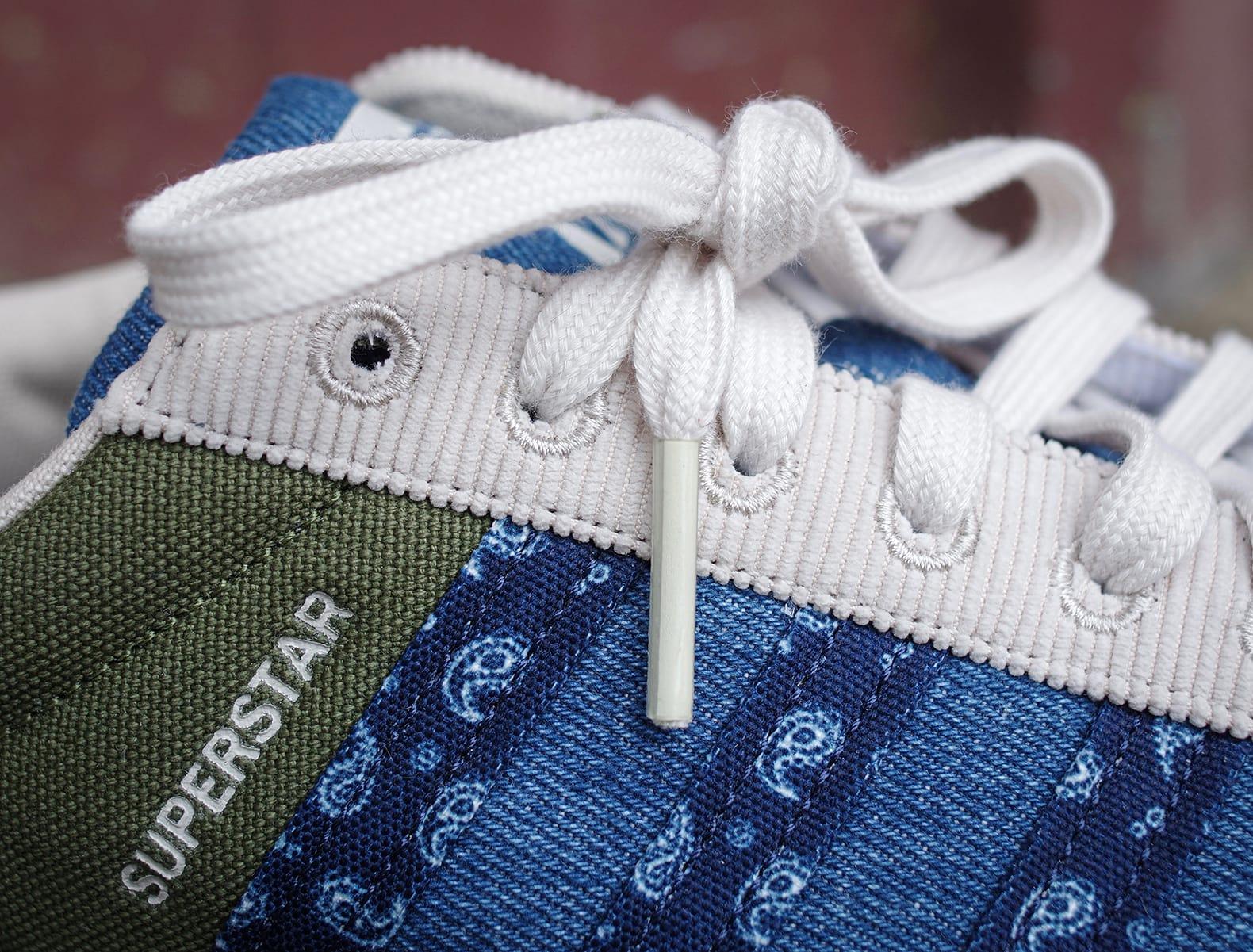 zoom sur la matière patchwork d'une paire de adidas superstar