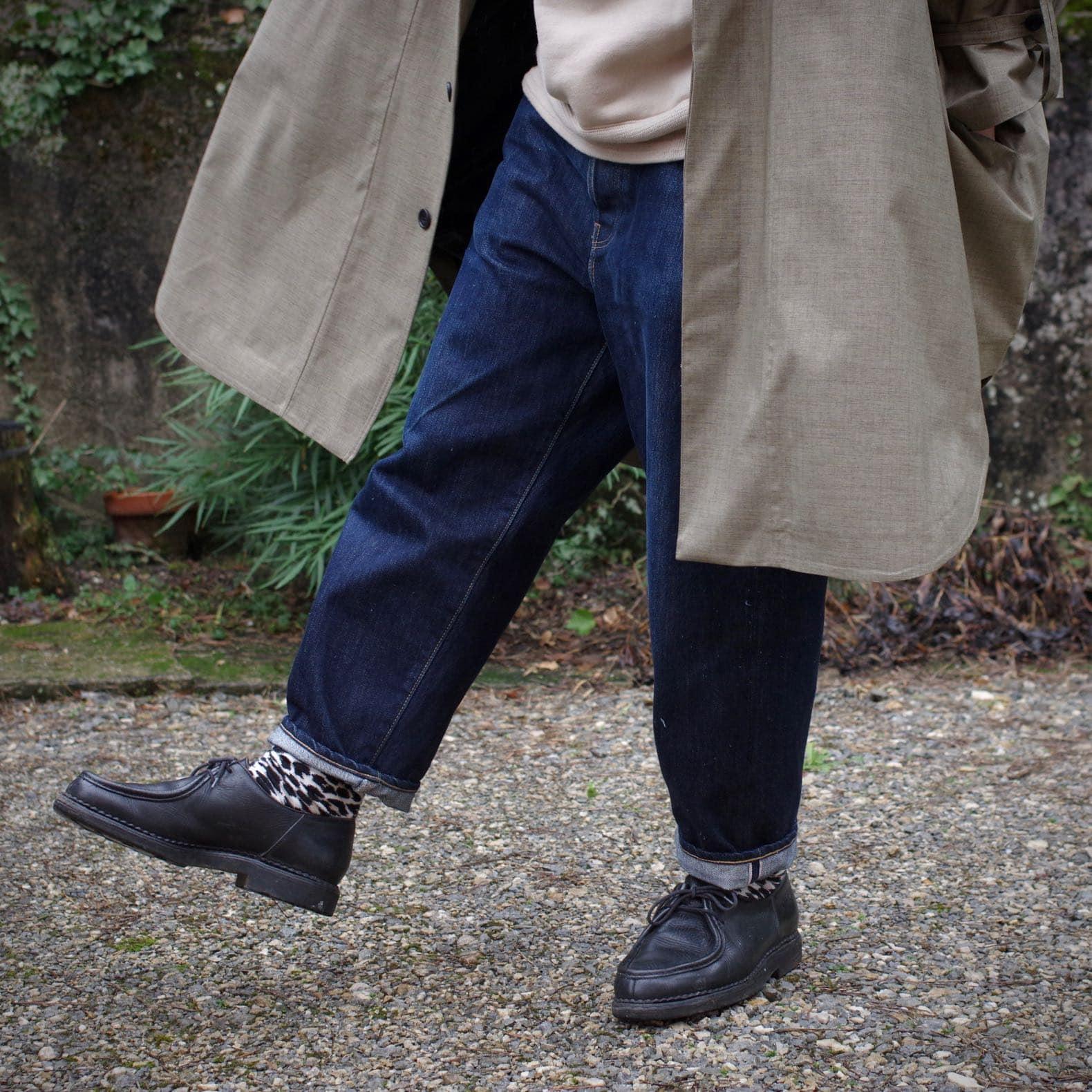 jean à la couple ample porté avec des paraboot michel de couelur noire
