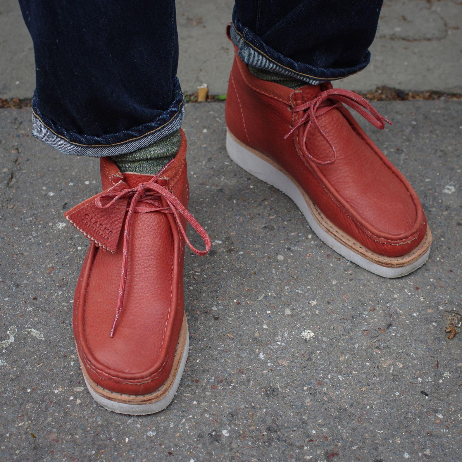 calrks wallabee model hike boots en burnt orange