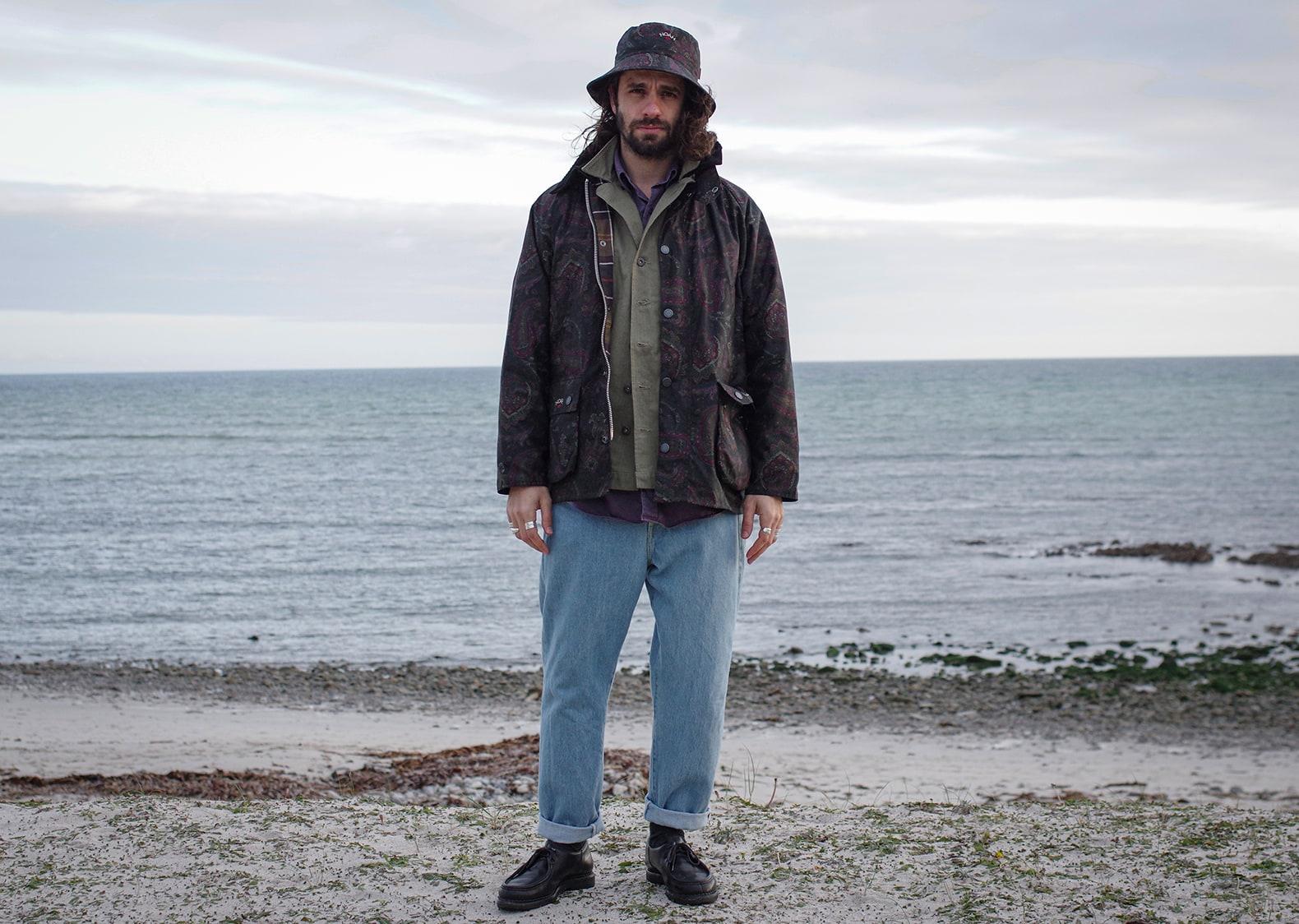 tenue d'un style homme avec un jean coupe tapered bleach Borali et une veste barbour bedale de la colaboration aevc noah nyx