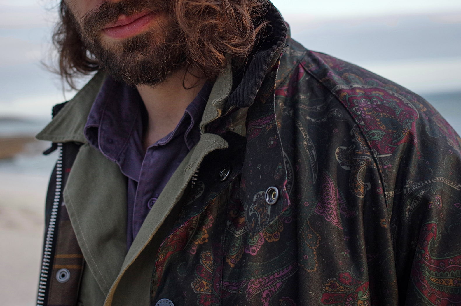 mélange de matières et motif avec un imprimé paisley sur toile cirée, un HBT olive et un twill violet