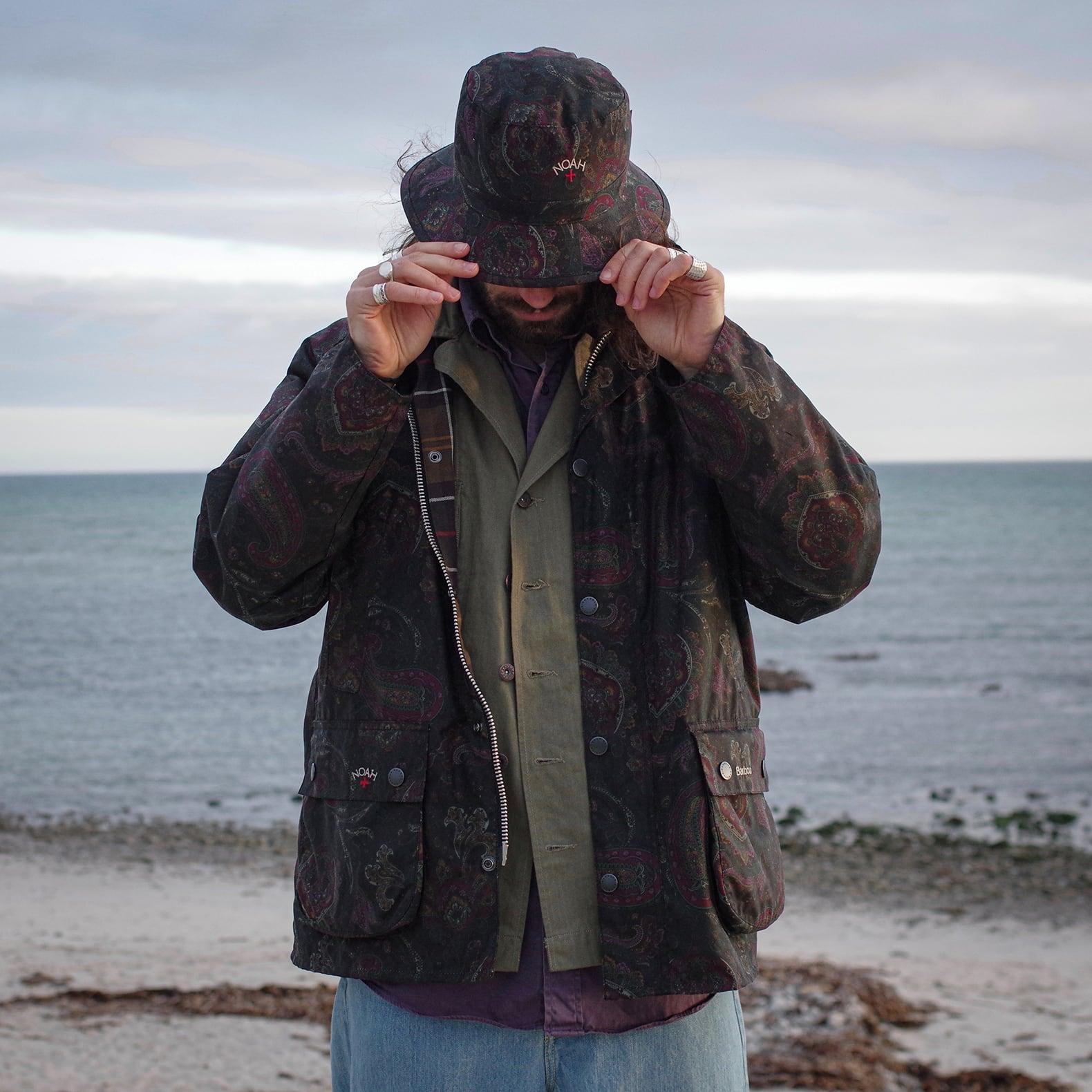 homme qui porte un bob et une veste bedale barbour à motif paisley avec une chemise militaire P43 Arashi Denim