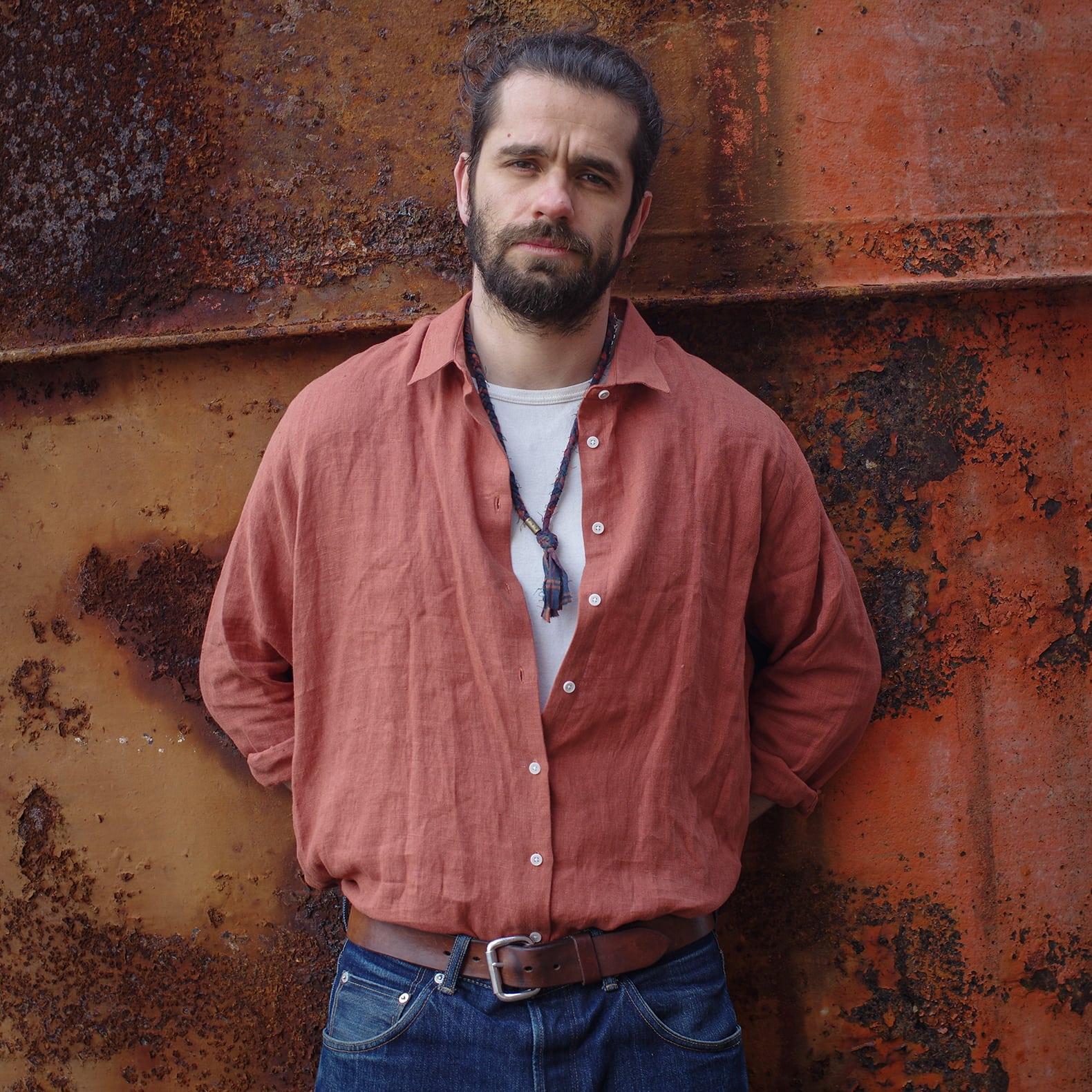 homme en chemise couleur rouille de la marque Histon projects avec un tee shirt blanc et un collier en tissu Borali