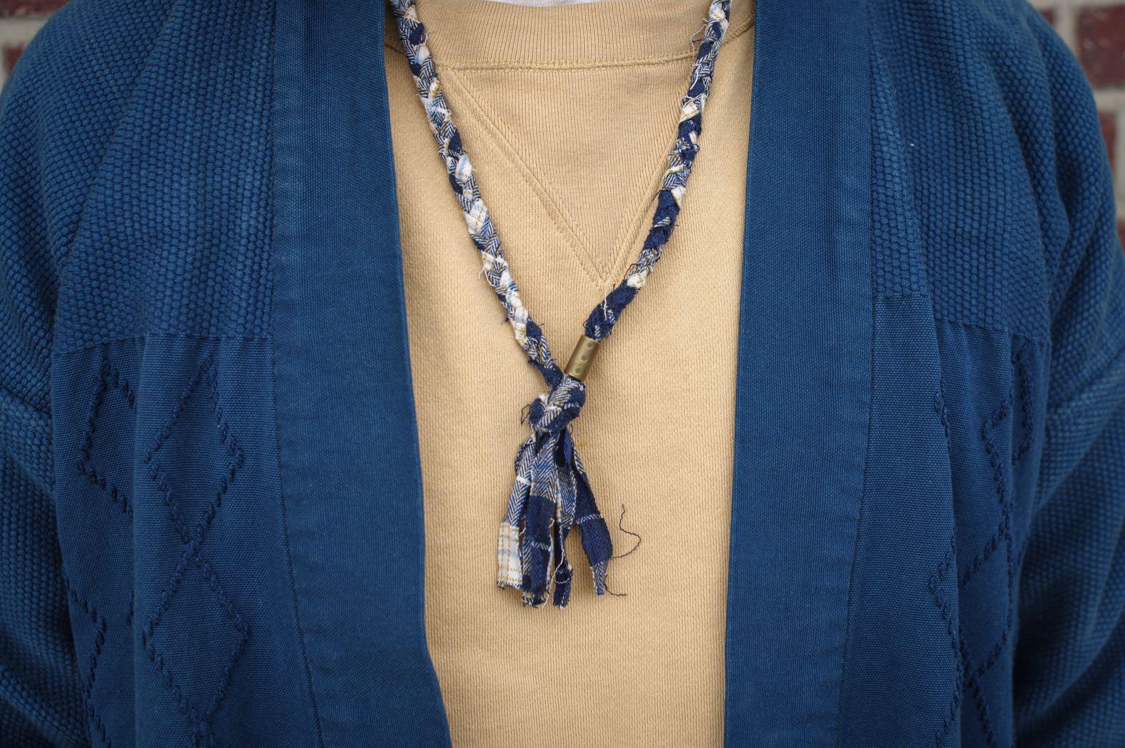 kimono pur homme en coton teinté à l'indigo avec un collier en tissus tressés de la marque Borali