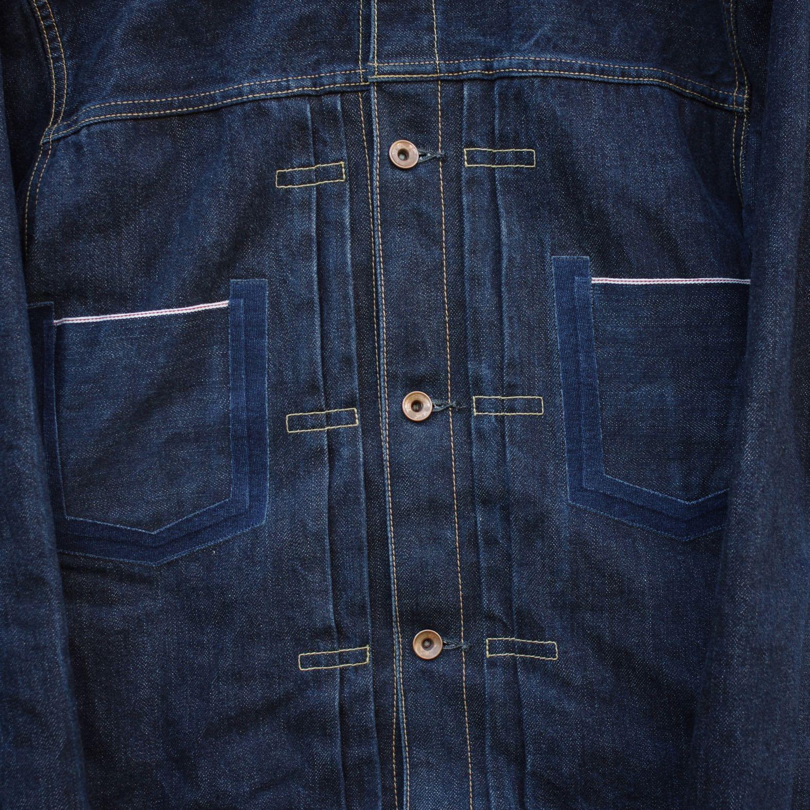 détail de poche de veste en jean avec le liseret selvedge typique d'un denim japonais
