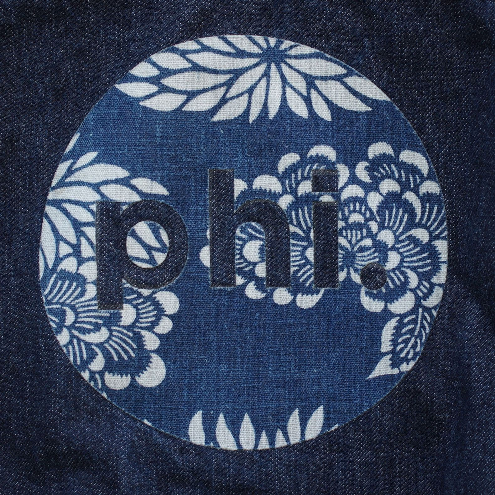 logo de la marque phi denim en kimono sur une toile de jean