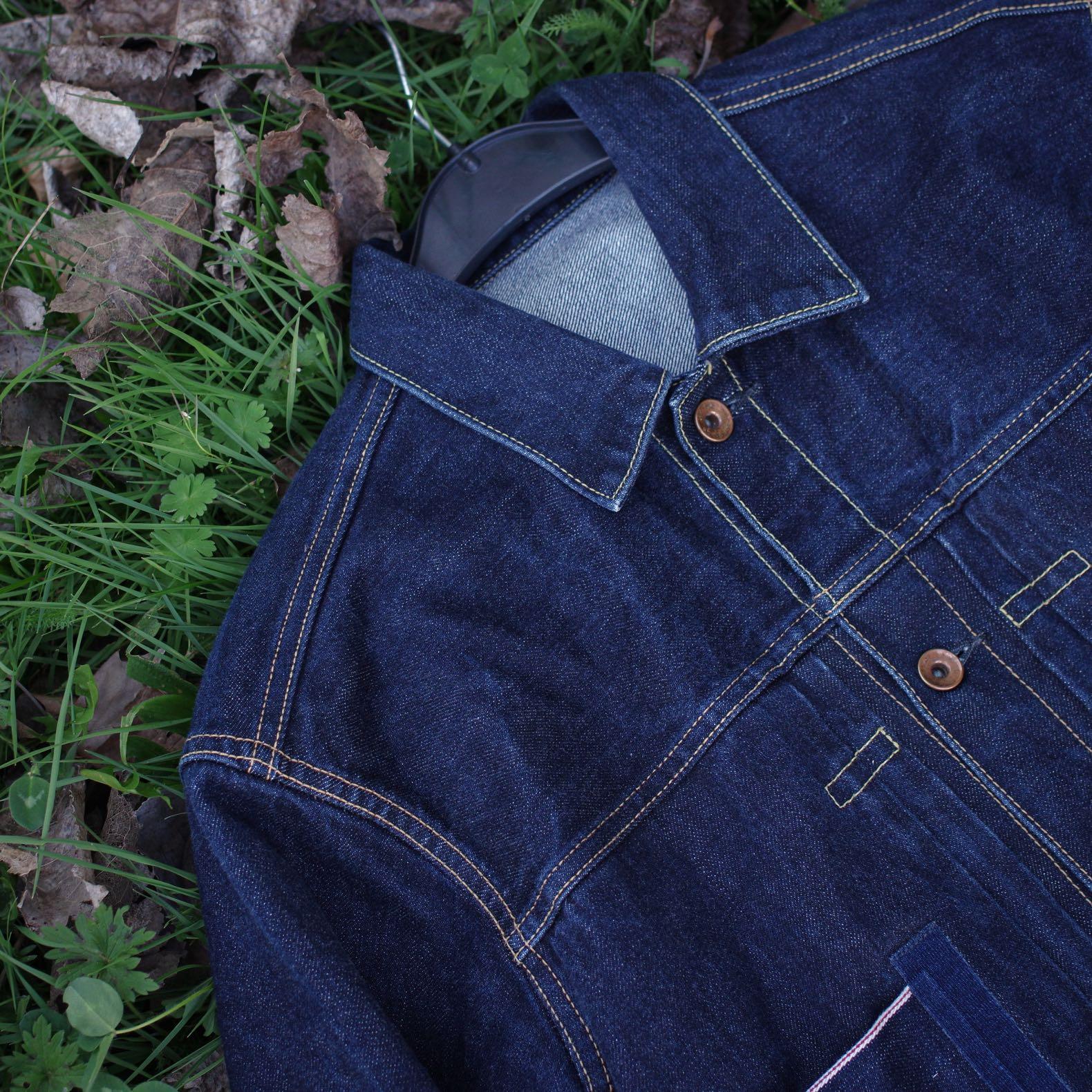 veste en jean Phi denim dans une toile japonaise indigo posée sur l'herbe