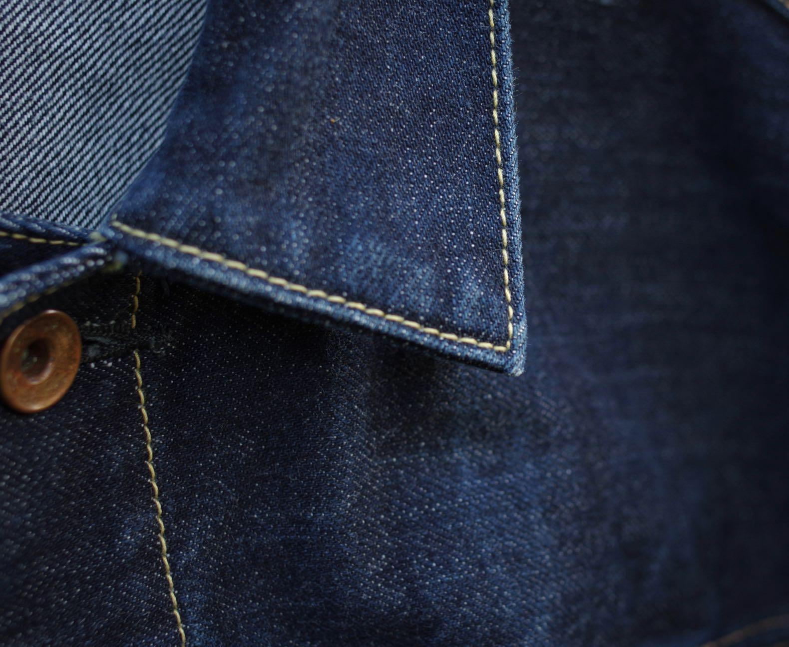 détails de point de couture de col de veste en jean
