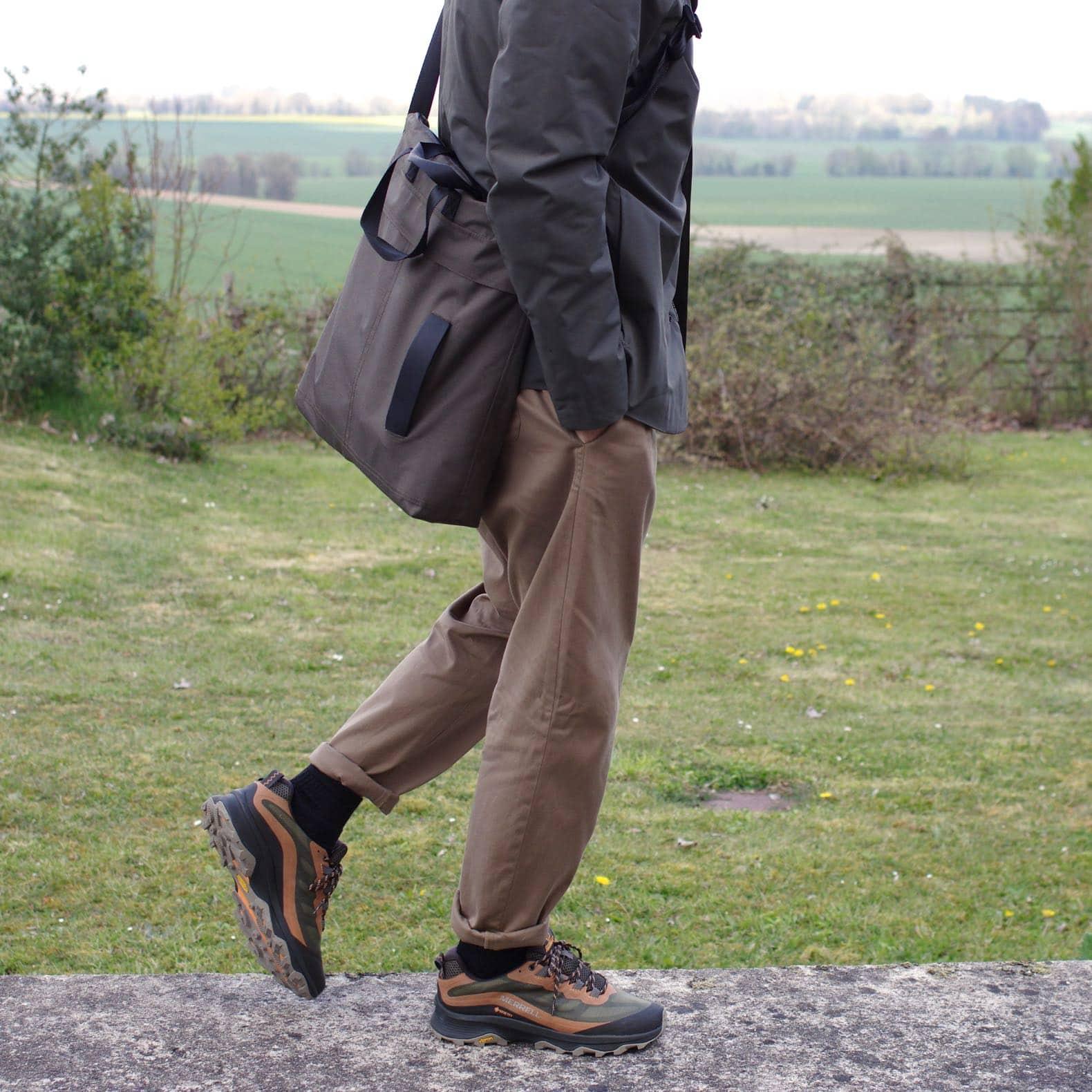 homme dnas un style techwear avec helmet bag kestin pantalon