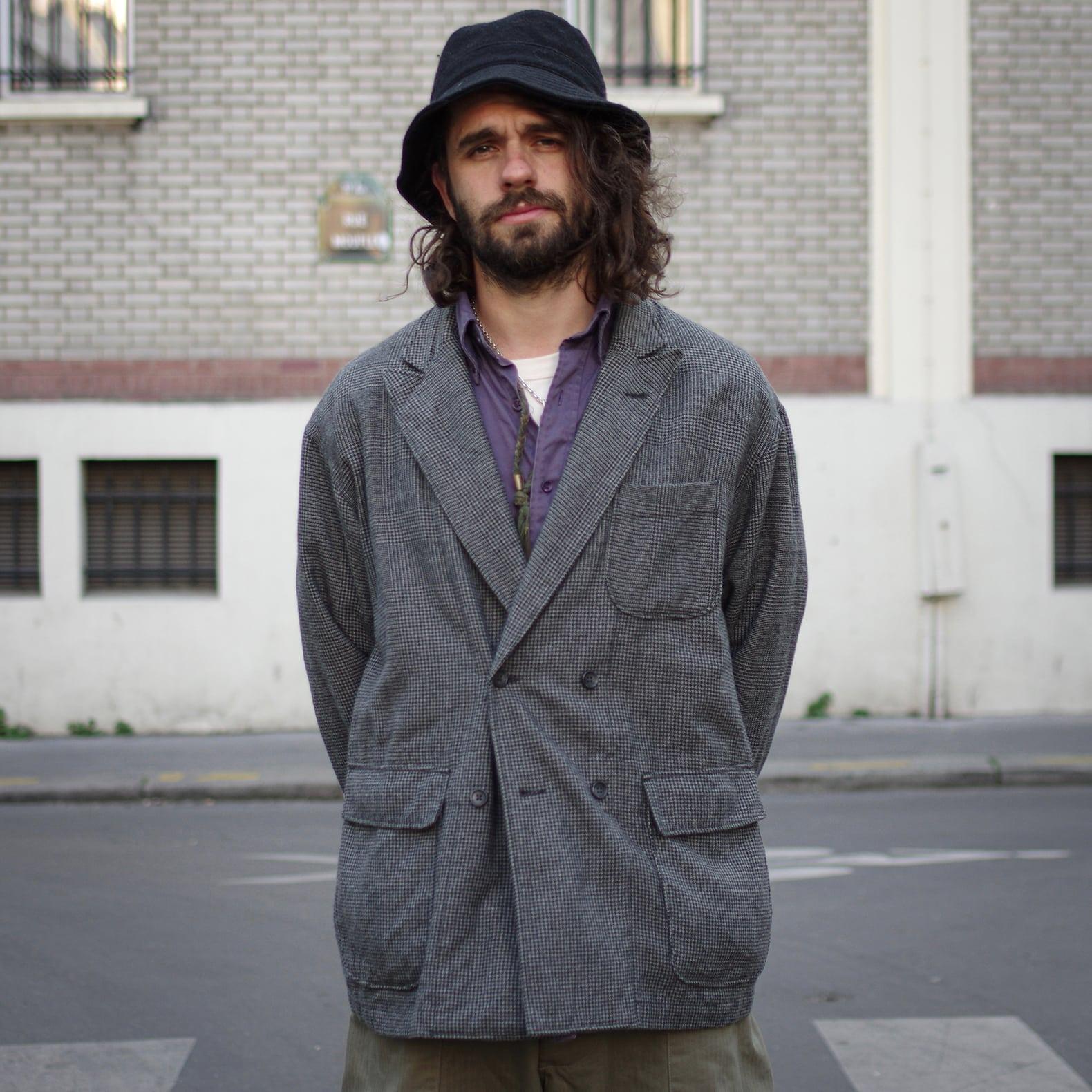 homme avec un blazer croisé en prince de gales de l marque engineere garments, modèle double loiter jacket