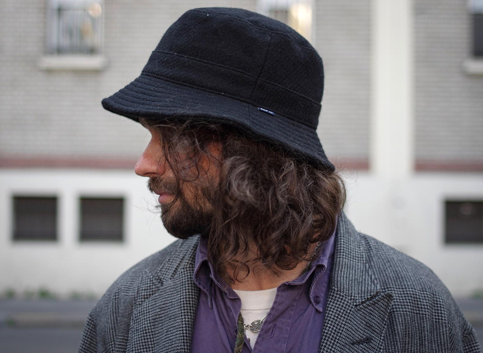 homme cheveux long et bob en laine bleu de paname