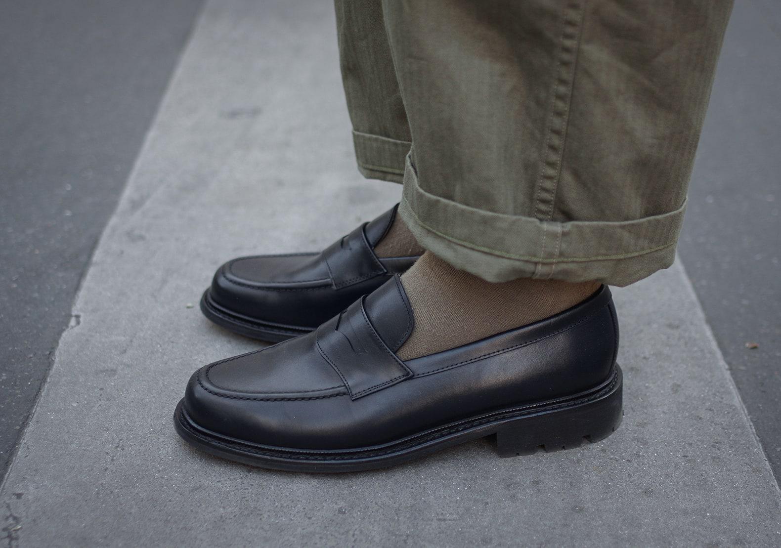 mocassin noir max sauveur à semelle commando avec chaussettes vert militaire et pantalon armée