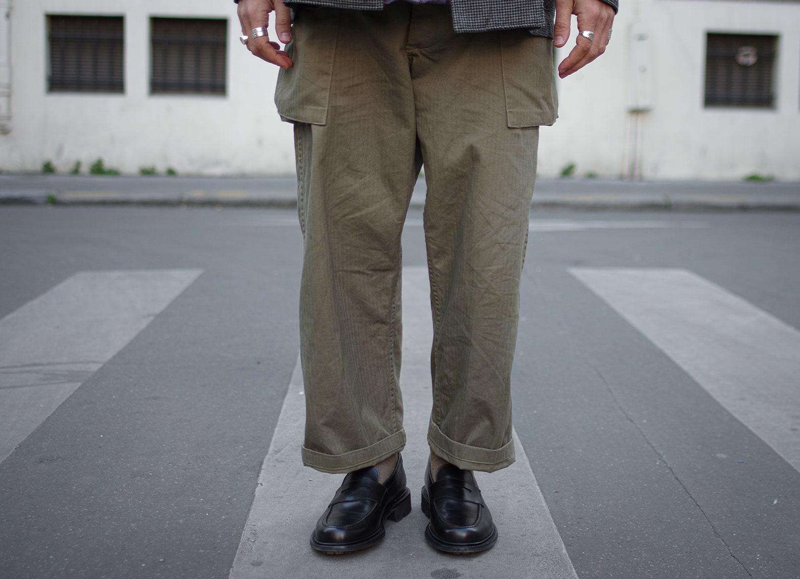 pantalon de l'armée américaine type monkeypants de la marque arashi denim avec des mocassins noirs Max Sauveur